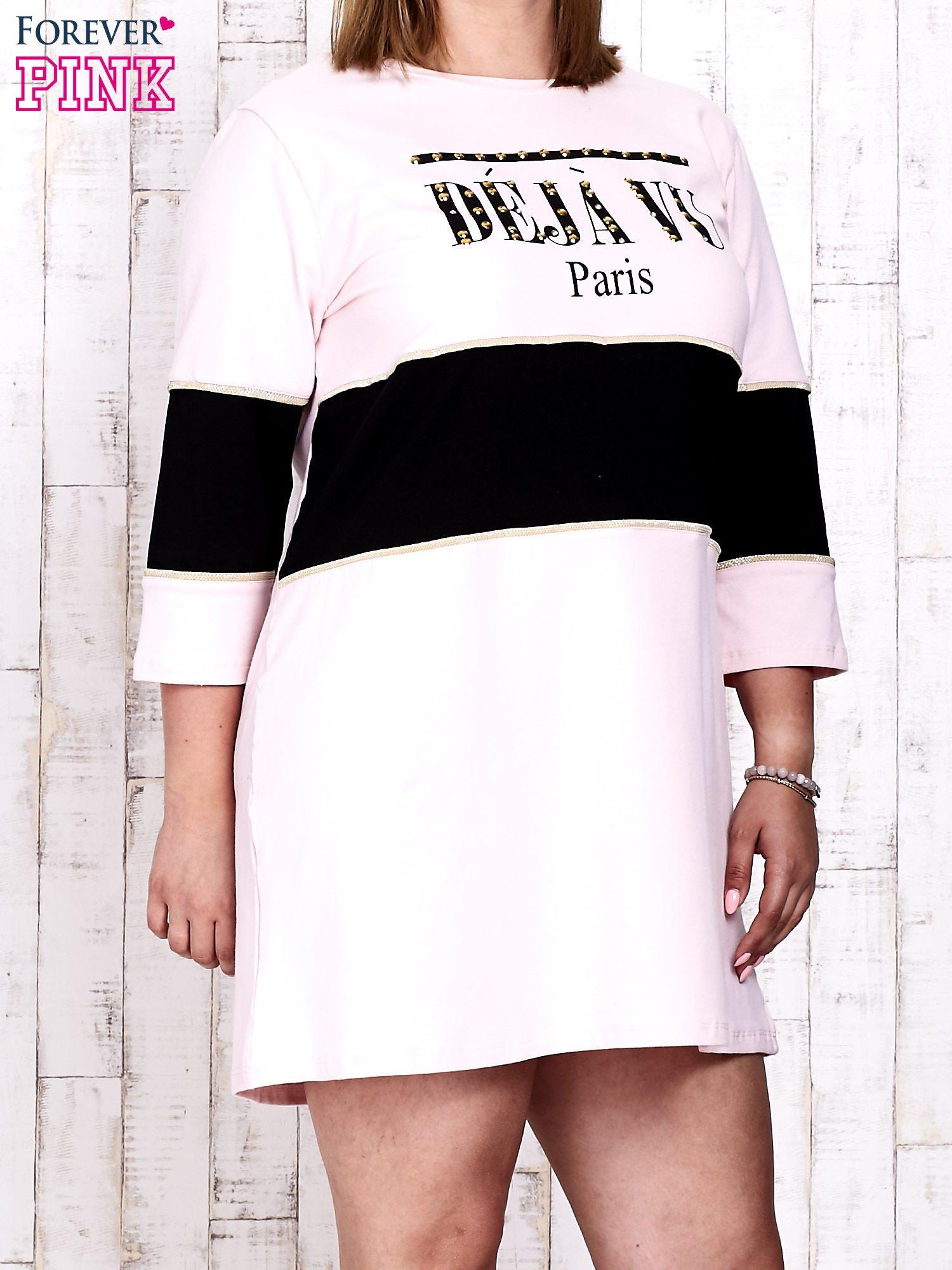 Jasnoróżowa sukienka dresowa z napisem DÉJÀ VU PLUS SIZE                                  zdj.                                  1
