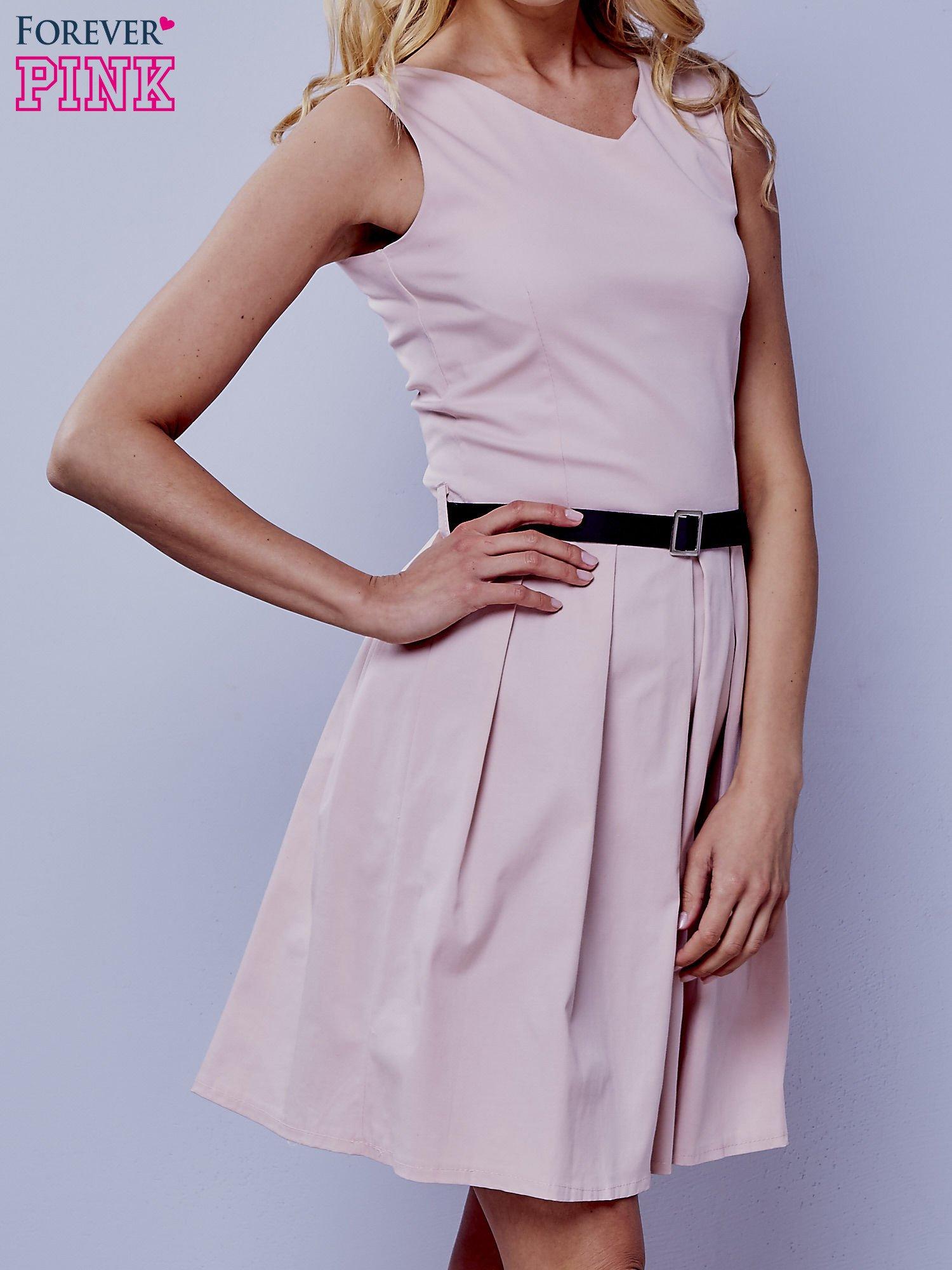 Jasnoróżowa sukienka retro z paskiem                                   zdj.                                  1
