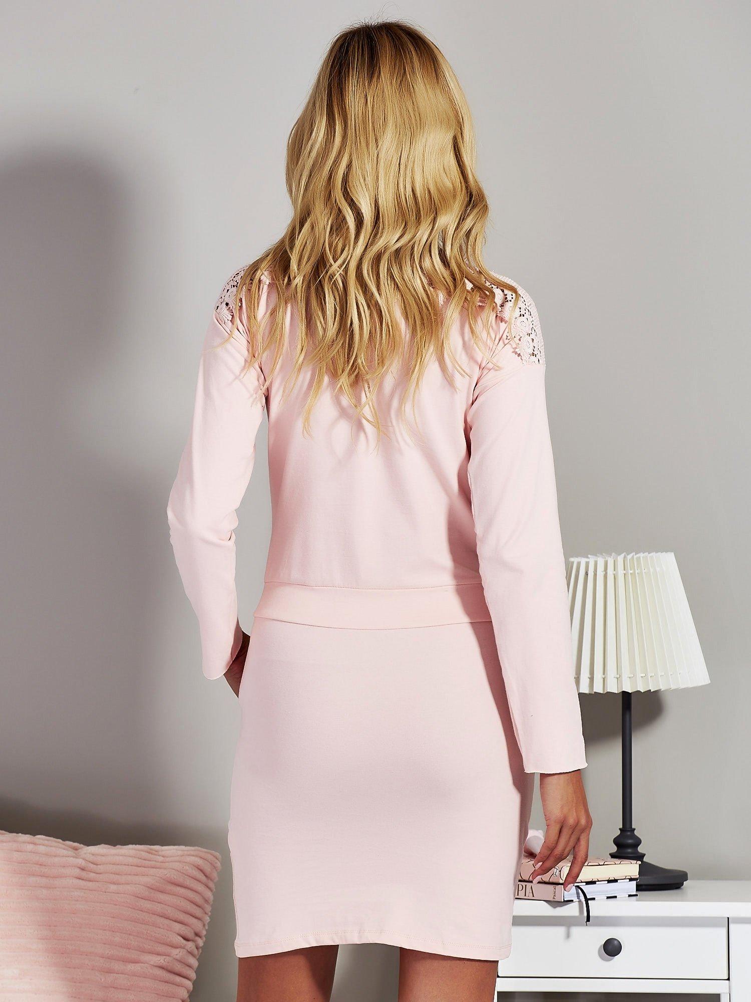 1aea1d41a1527f Jasnoróżowa sukienka z ozdobnym wykończeniem dekoltu - Sukienka na co dzień  - sklep eButik.pl