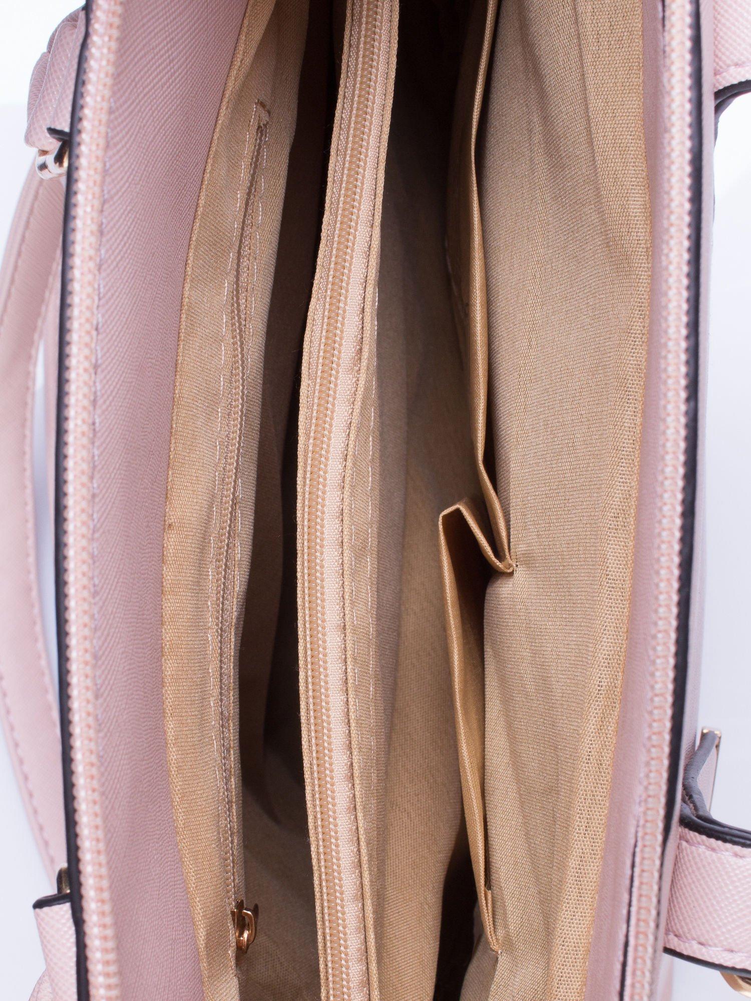 Jasnoróżowa torba na ramię z ozdobnymi detalami                                   zdj.                                  5