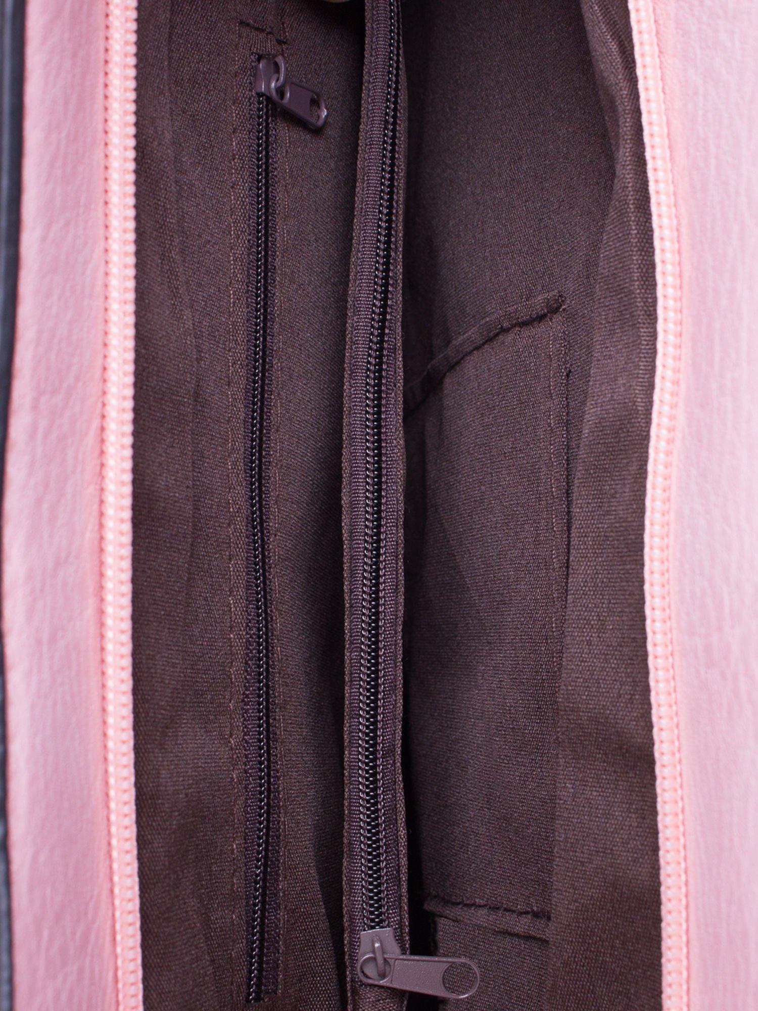 Jasnoróżowa torba na ramię ze złotym emblematem                                  zdj.                                  5