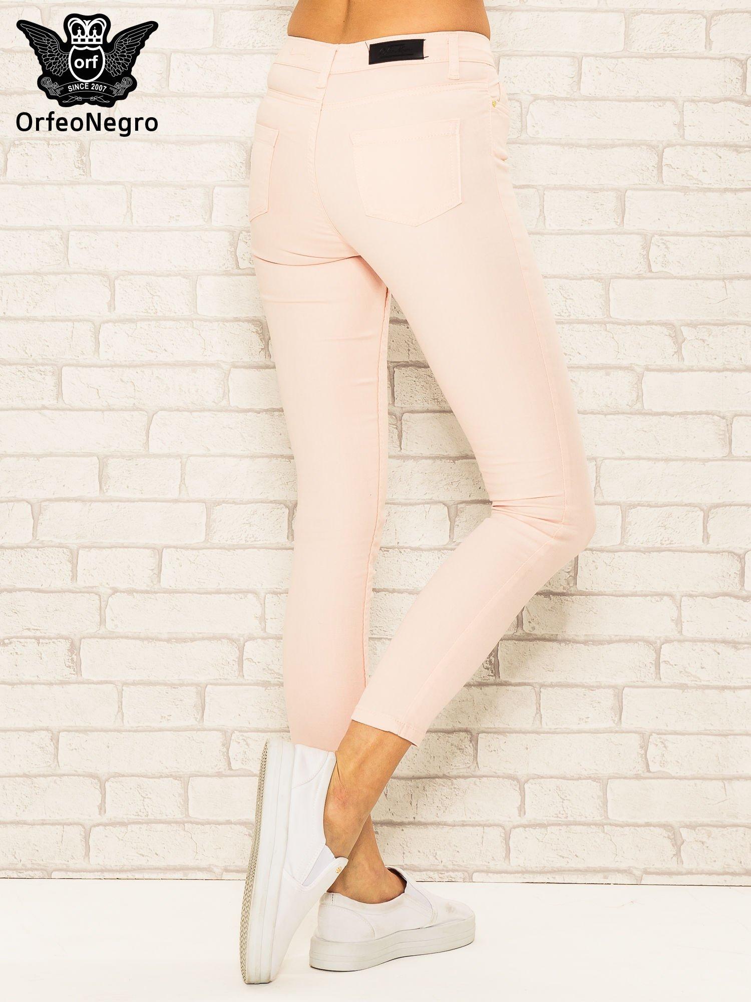 Jasnoróżowe spodnie rurki skinny z kieszeniami                                  zdj.                                  4