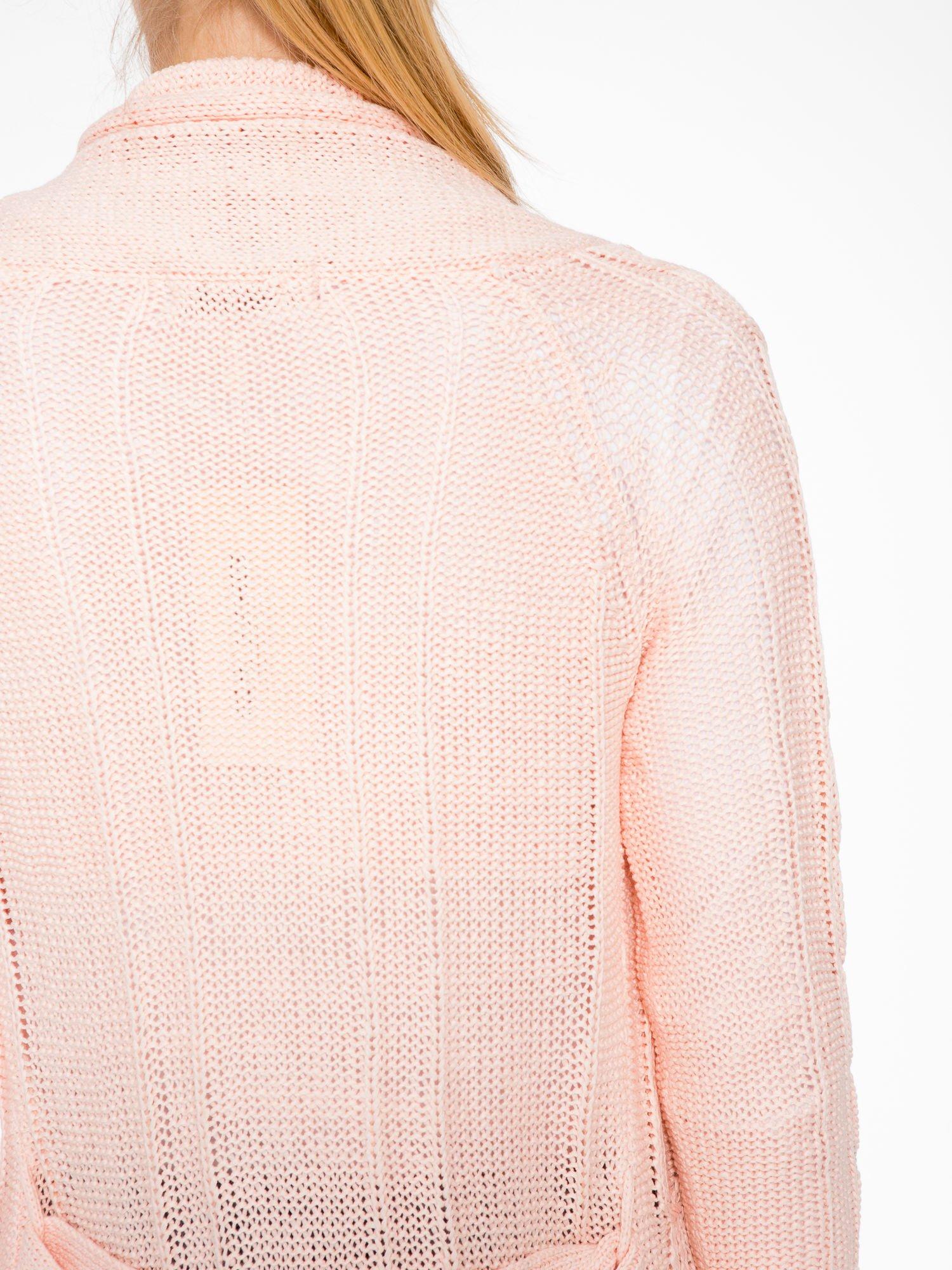 Jasnoróżowy ażurowy długi sweter typu kardigan z paskiem                                  zdj.                                  8