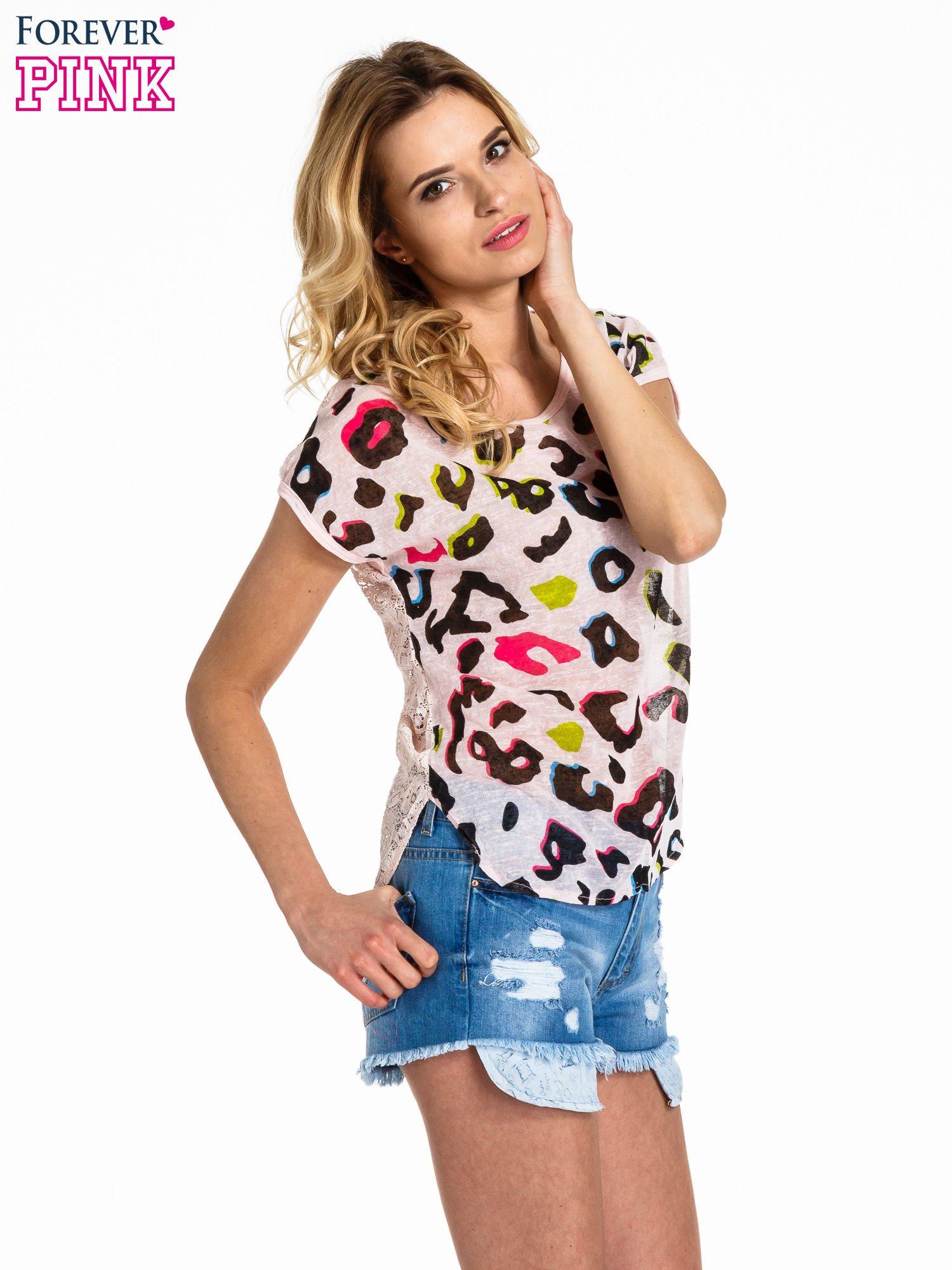 Jasnoróżowy panterkowy t-shirt z koronkowym tyłem                                  zdj.                                  1