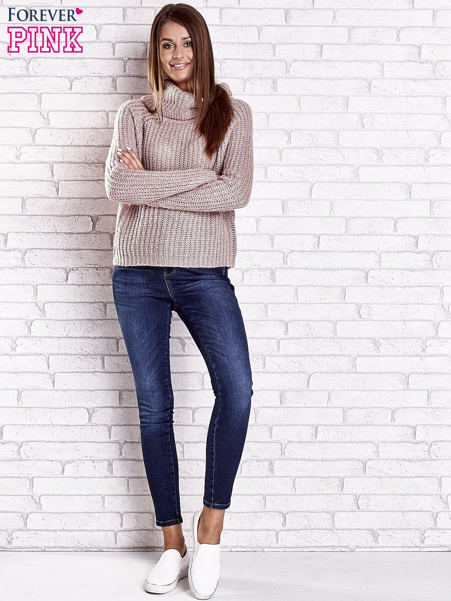 Jasnoróżowy sweter oversize z luźnym golfem                                  zdj.                                  3