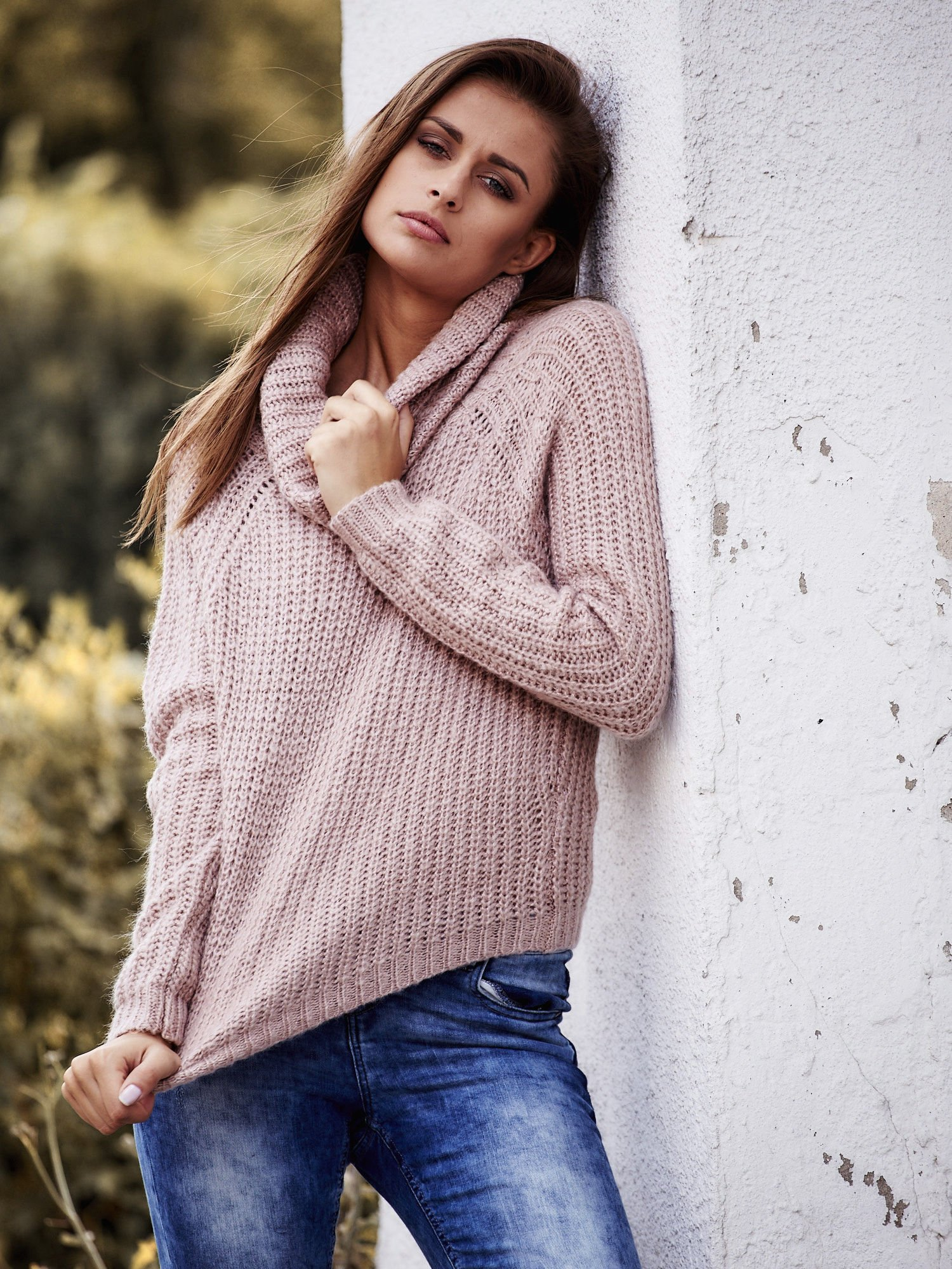 Jasnoróżowy sweter oversize z luźnym golfem                                  zdj.                                  1