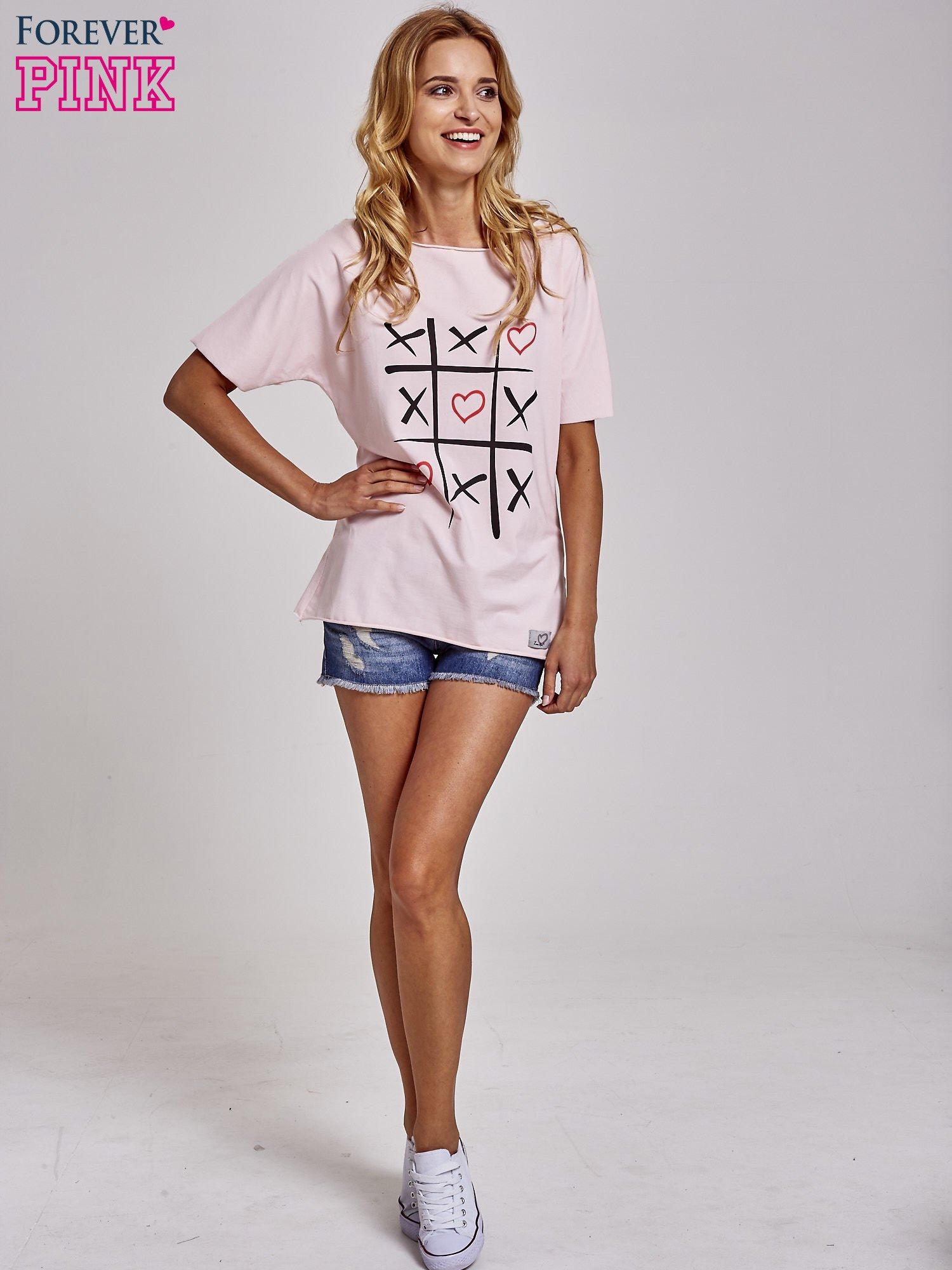 Jasnoróżowy t-shirt z motywem serce i krzyżyk                                  zdj.                                  2