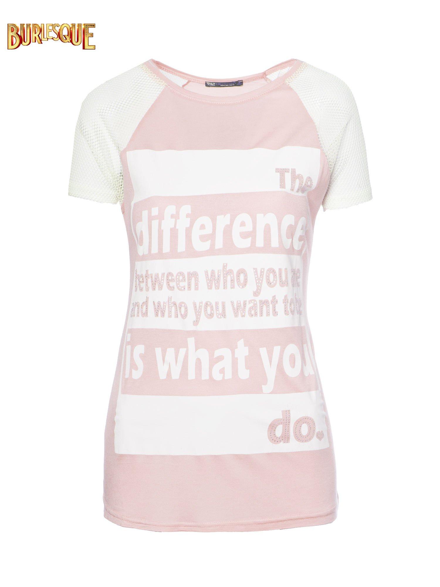 Jasnoróżowy t-shirt z napisem i siateczkowymi rękawami                                  zdj.                                  1