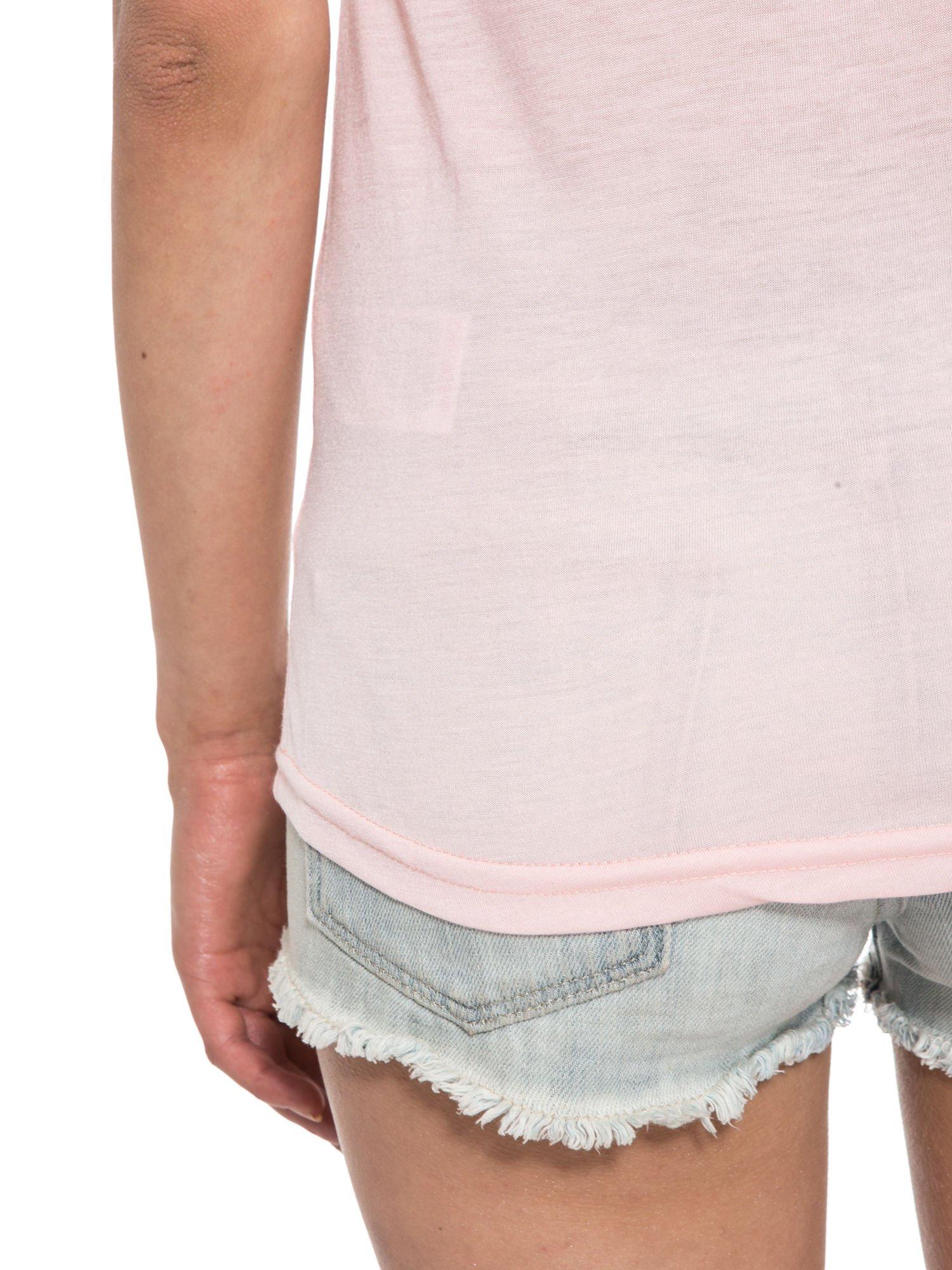 Jasnoróżowy t-shirt z napisem i siateczkowymi rękawami                                  zdj.                                  12
