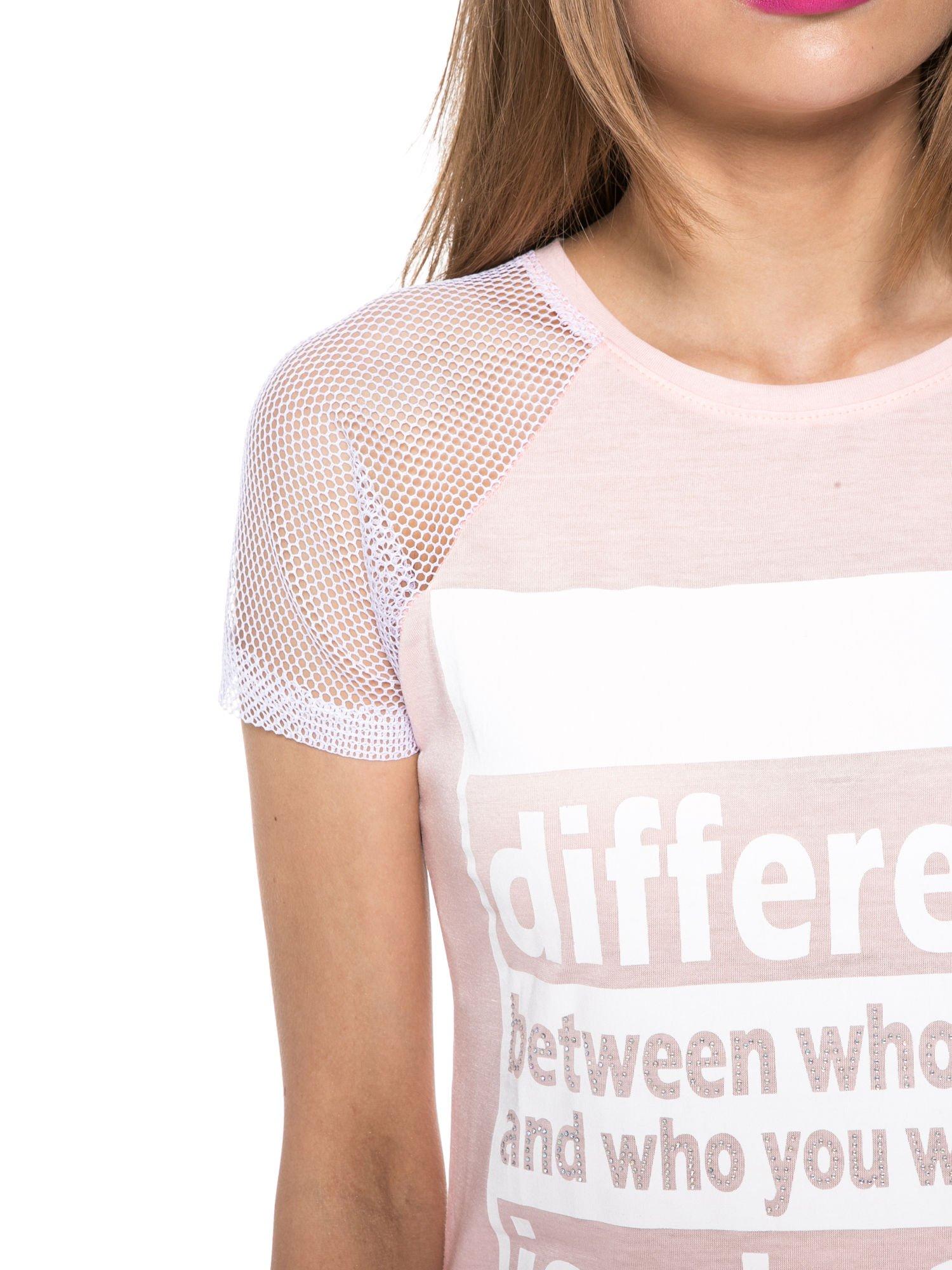 Jasnoróżowy t-shirt z napisem i siateczkowymi rękawami                                  zdj.                                  5