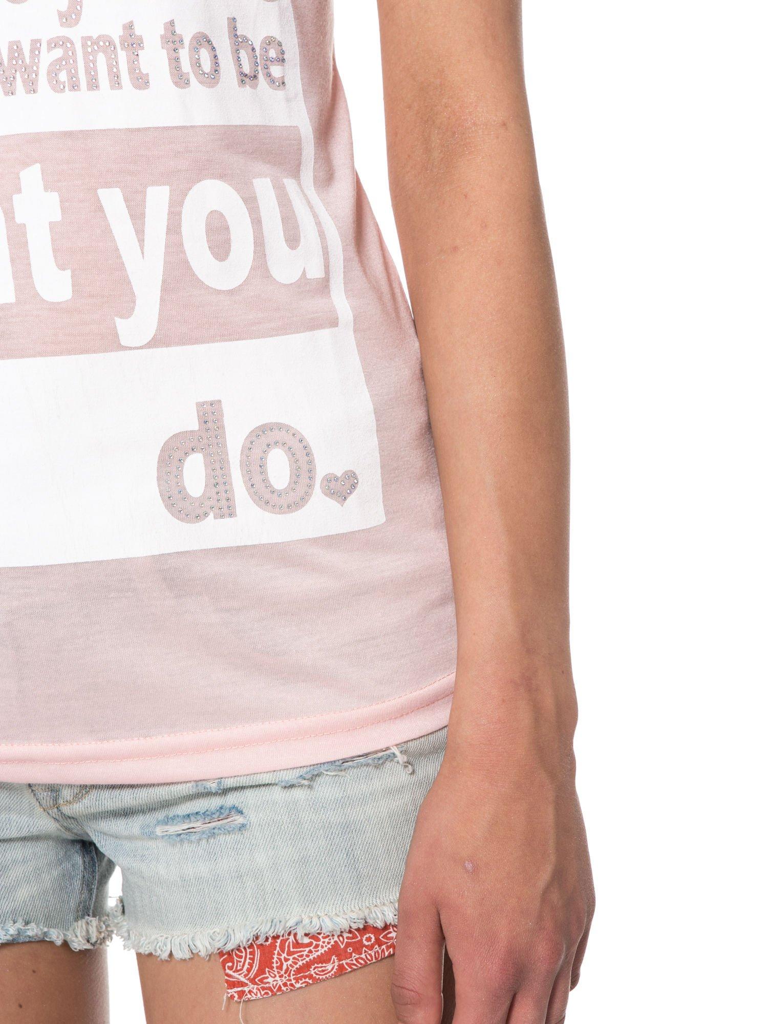 Jasnoróżowy t-shirt z napisem i siateczkowymi rękawami                                  zdj.                                  7