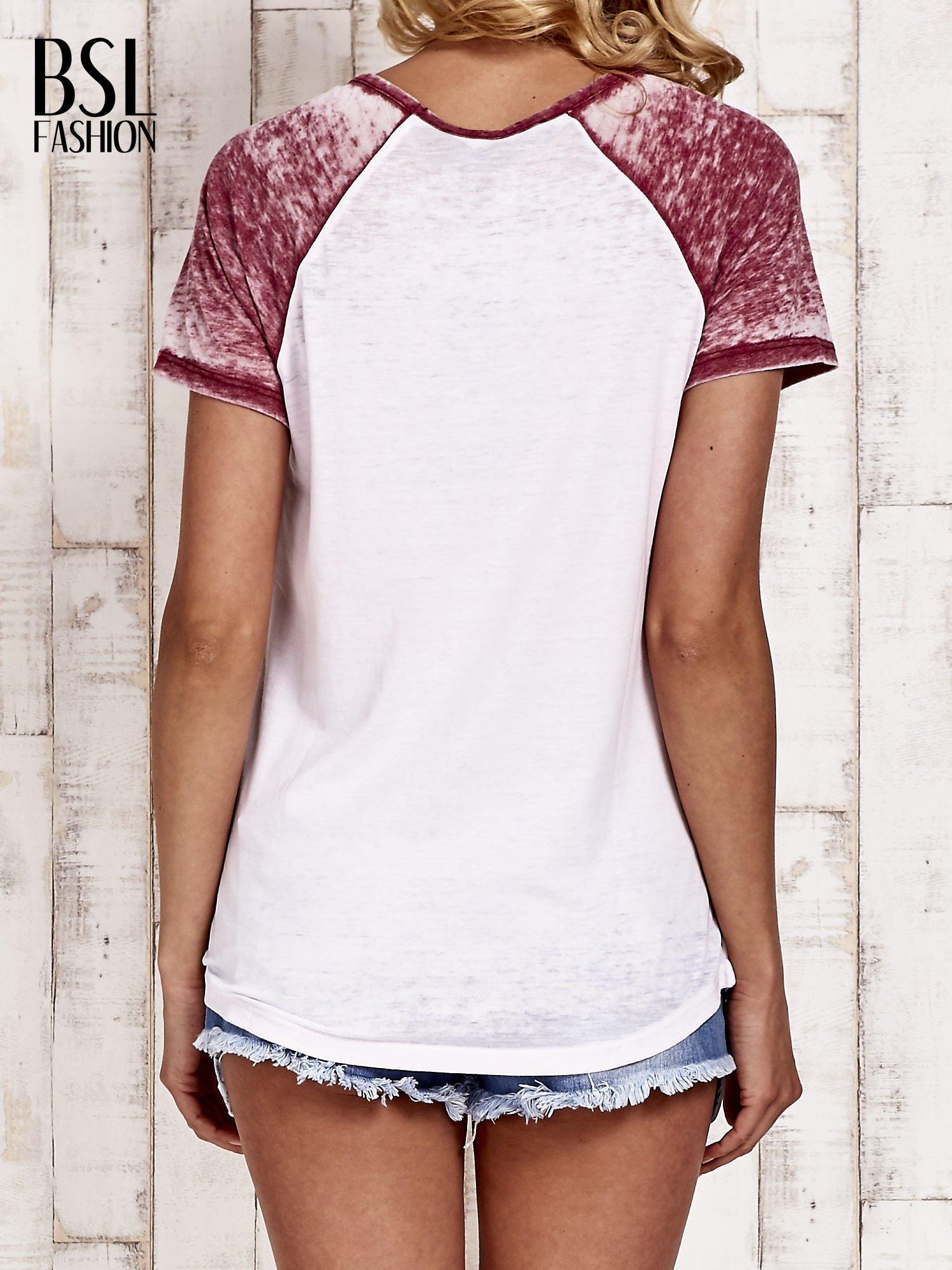 Jasnoróżowy t-shirt z różą efekt acid wash                                  zdj.                                  4