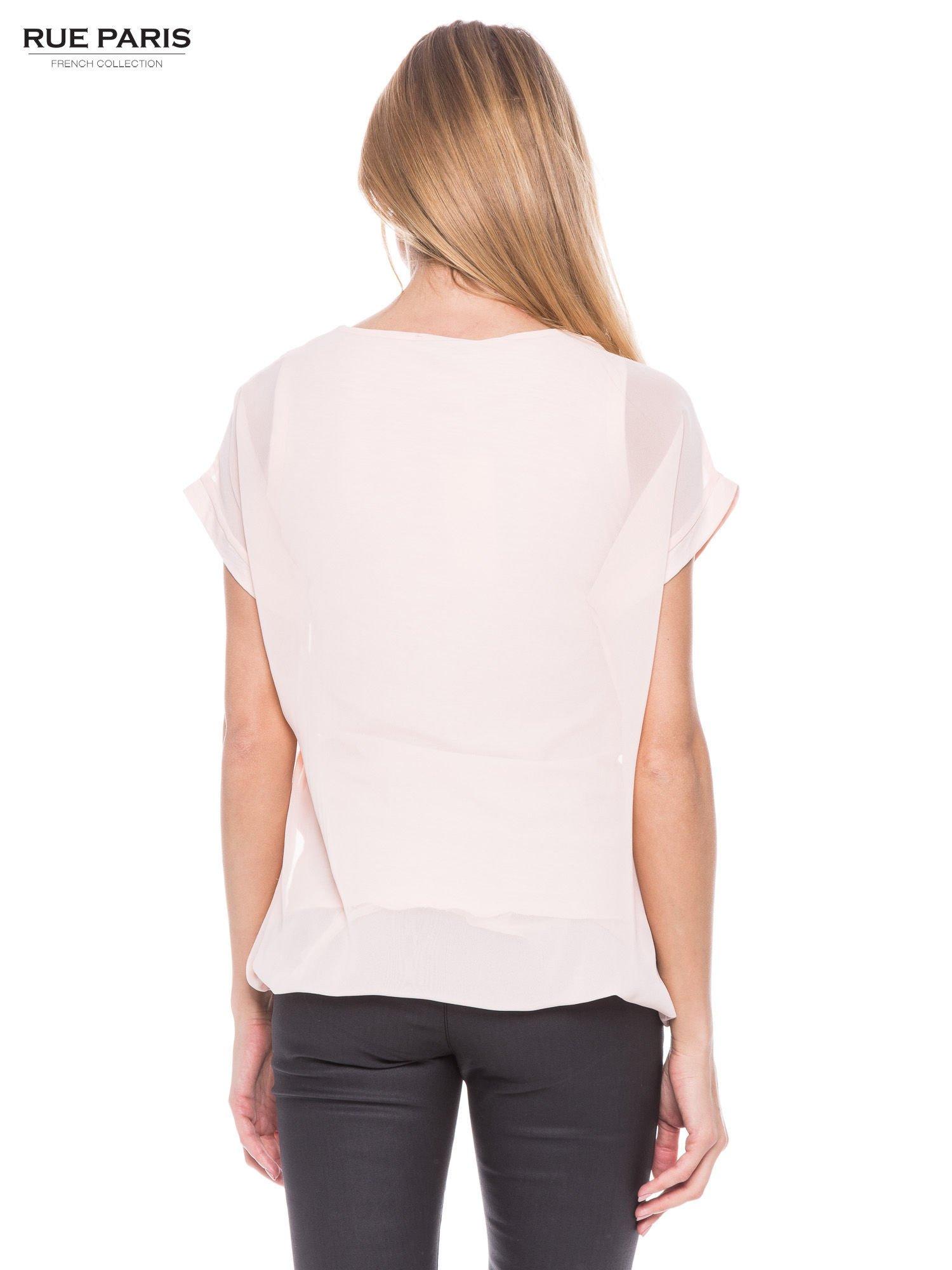 Jasnoróżowy zwiewny t-shirt z plisami na dekolcie                                  zdj.                                  3