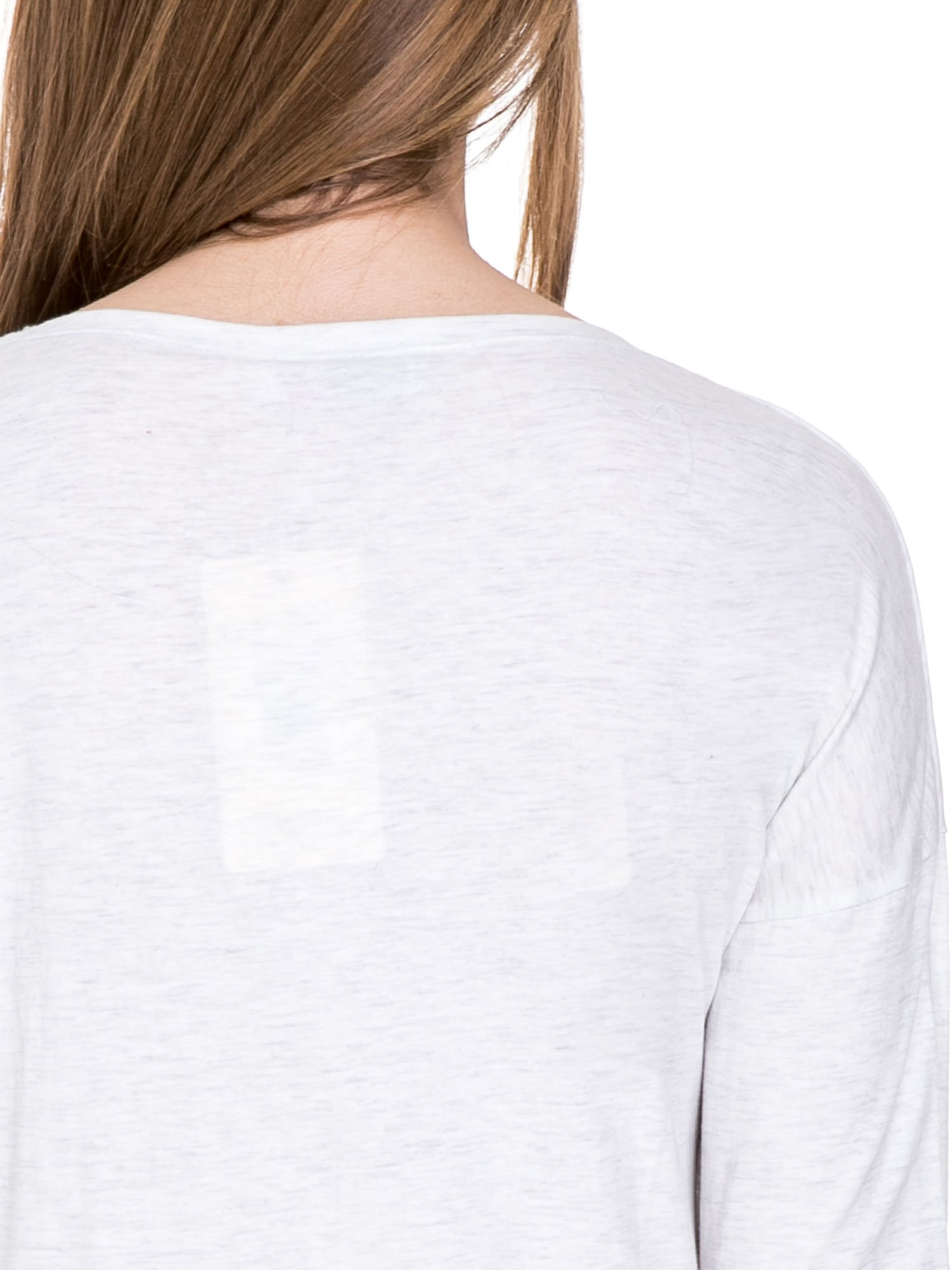 Jasnoszara melanżowa bawełniana bluzka z dekoltem typu woda                                  zdj.                                  7