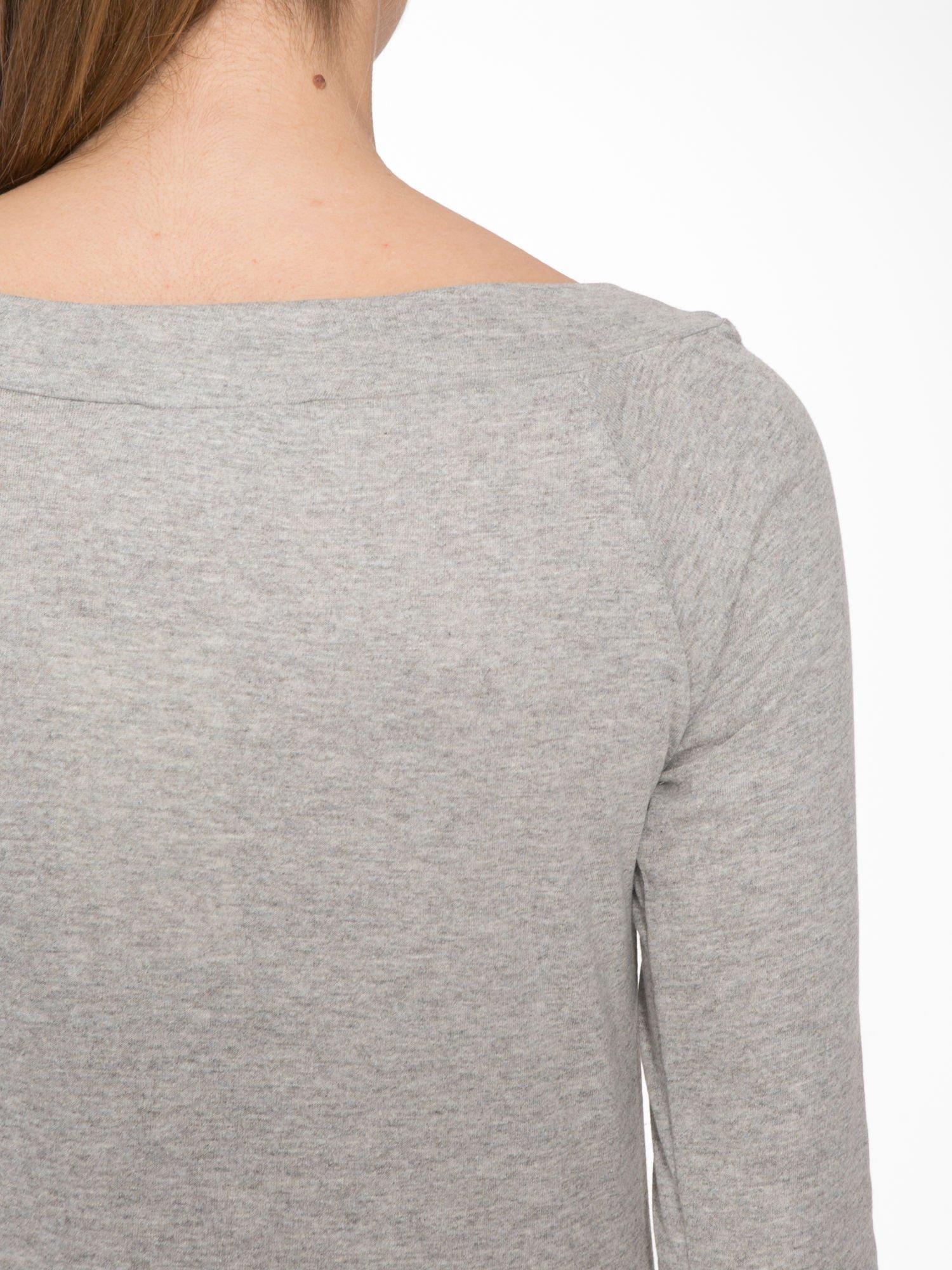 Jasnoszara melanżowa bluzka z reglanowymi rękawami                                  zdj.                                  7