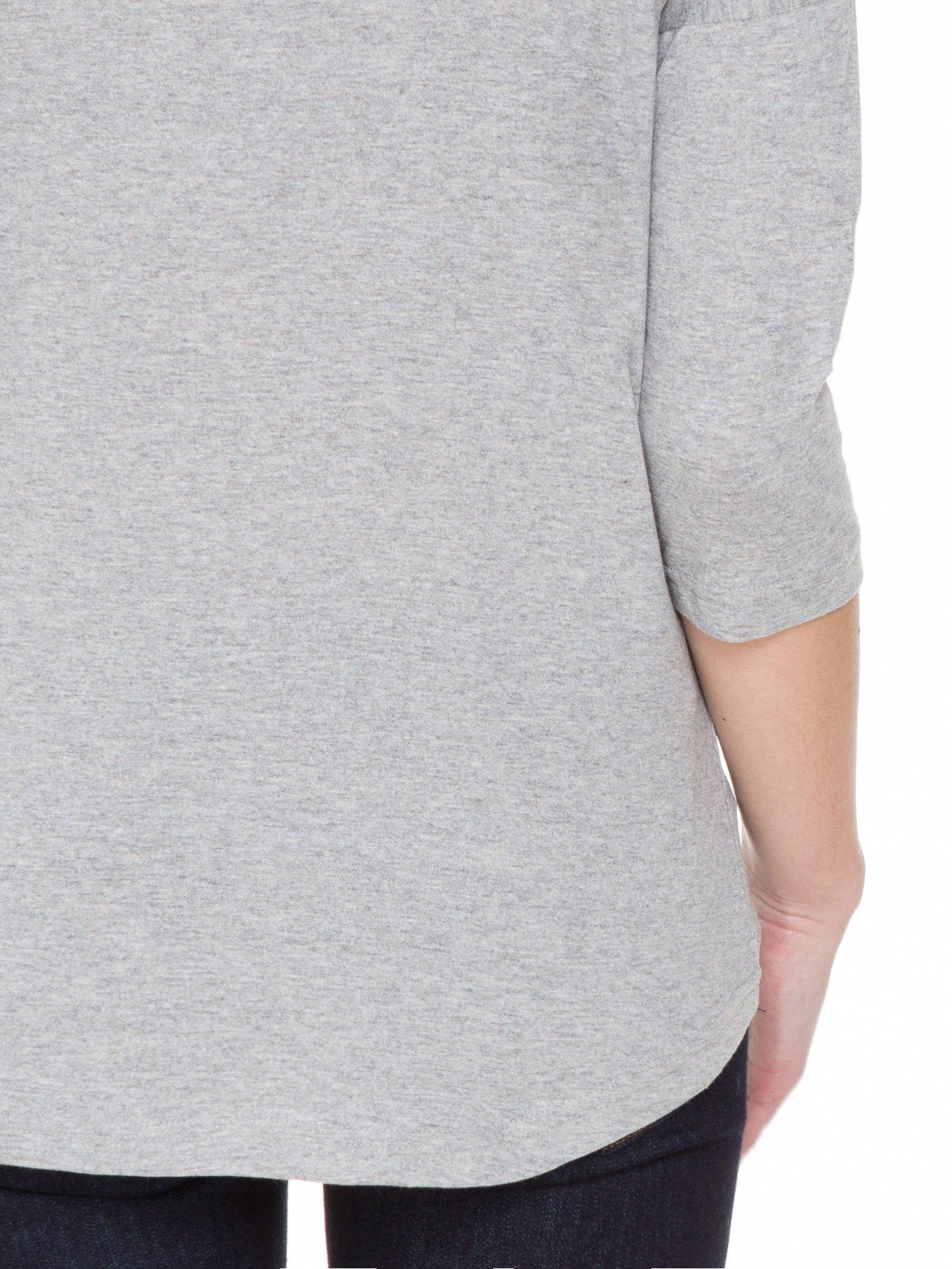 Jasnoszara melanżowa gładka bluzka z ozdobnymi przeszyciami                                  zdj.                                  8