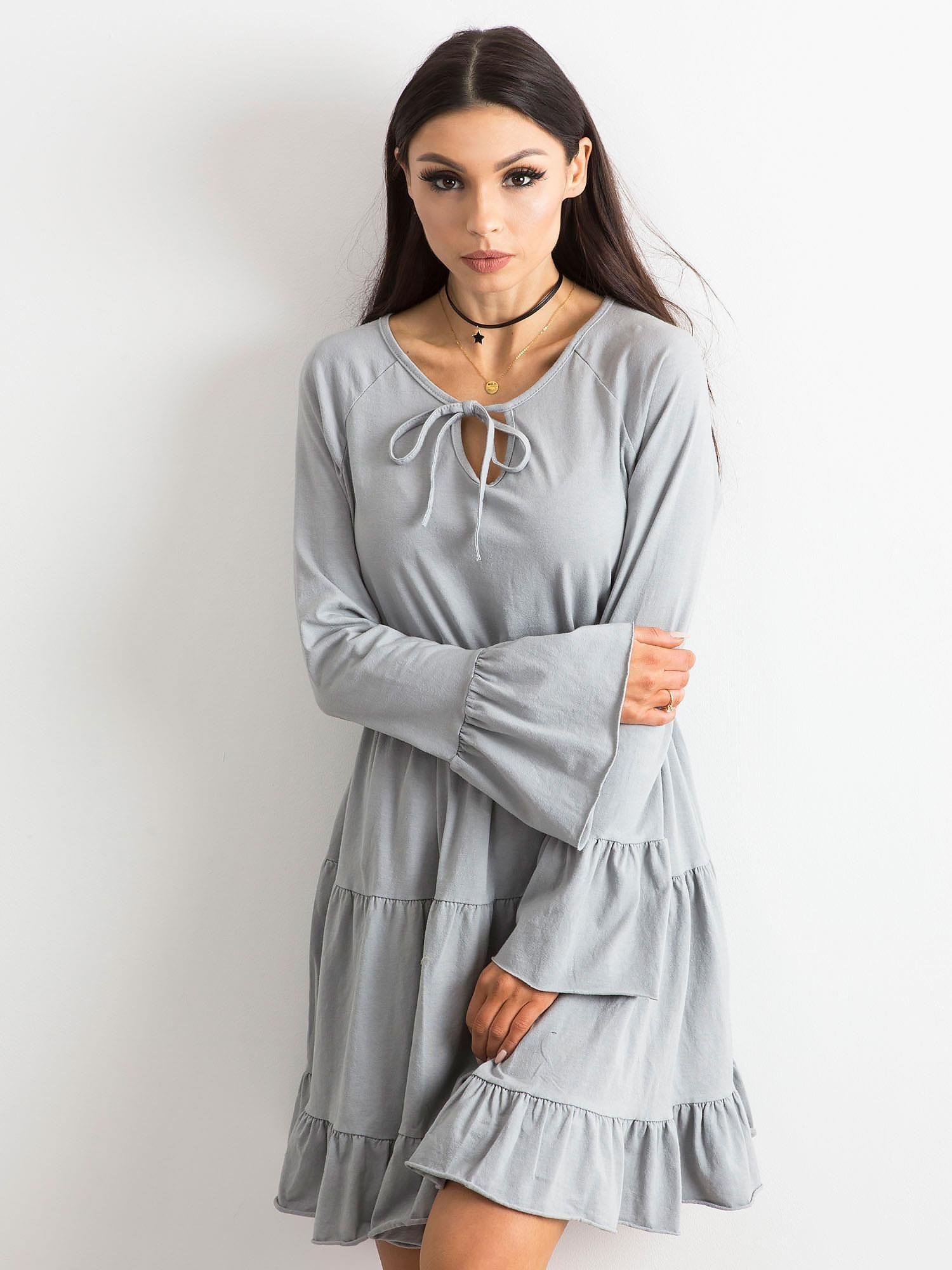 936142ff167b20 Jasnoszara sukienka z szerokimi rękawami - Sukienka z falbaną ...
