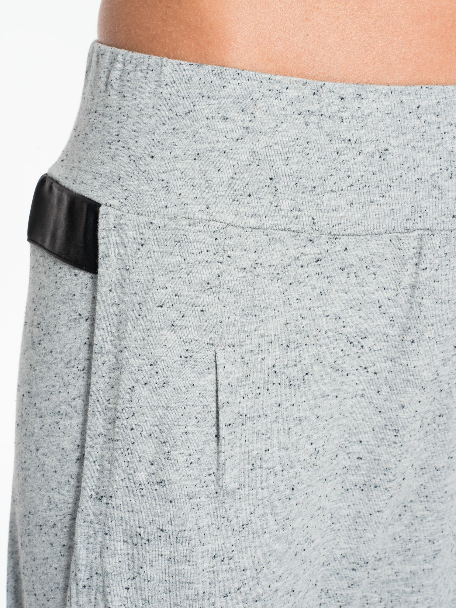 Jasnoszare spodnie capri z obniżanym krokiem                                  zdj.                                  5
