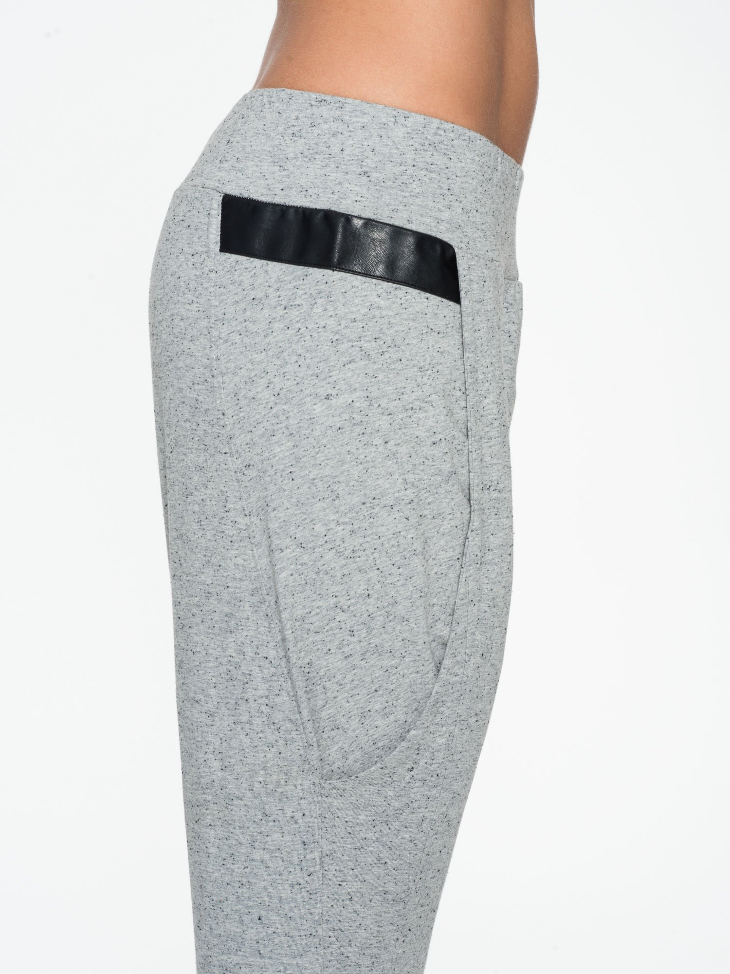 Jasnoszare spodnie capri z obniżanym krokiem                                  zdj.                                  6