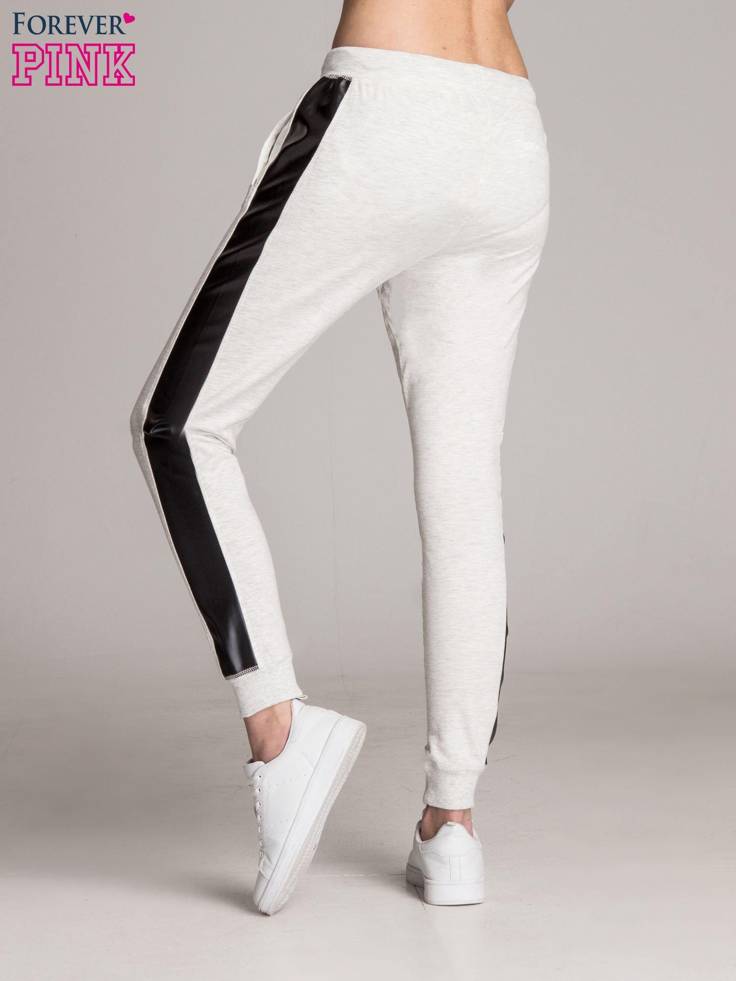 Jasnoszare spodnie dresowe damskie ze skórzanymi lampasami                                  zdj.                                  2