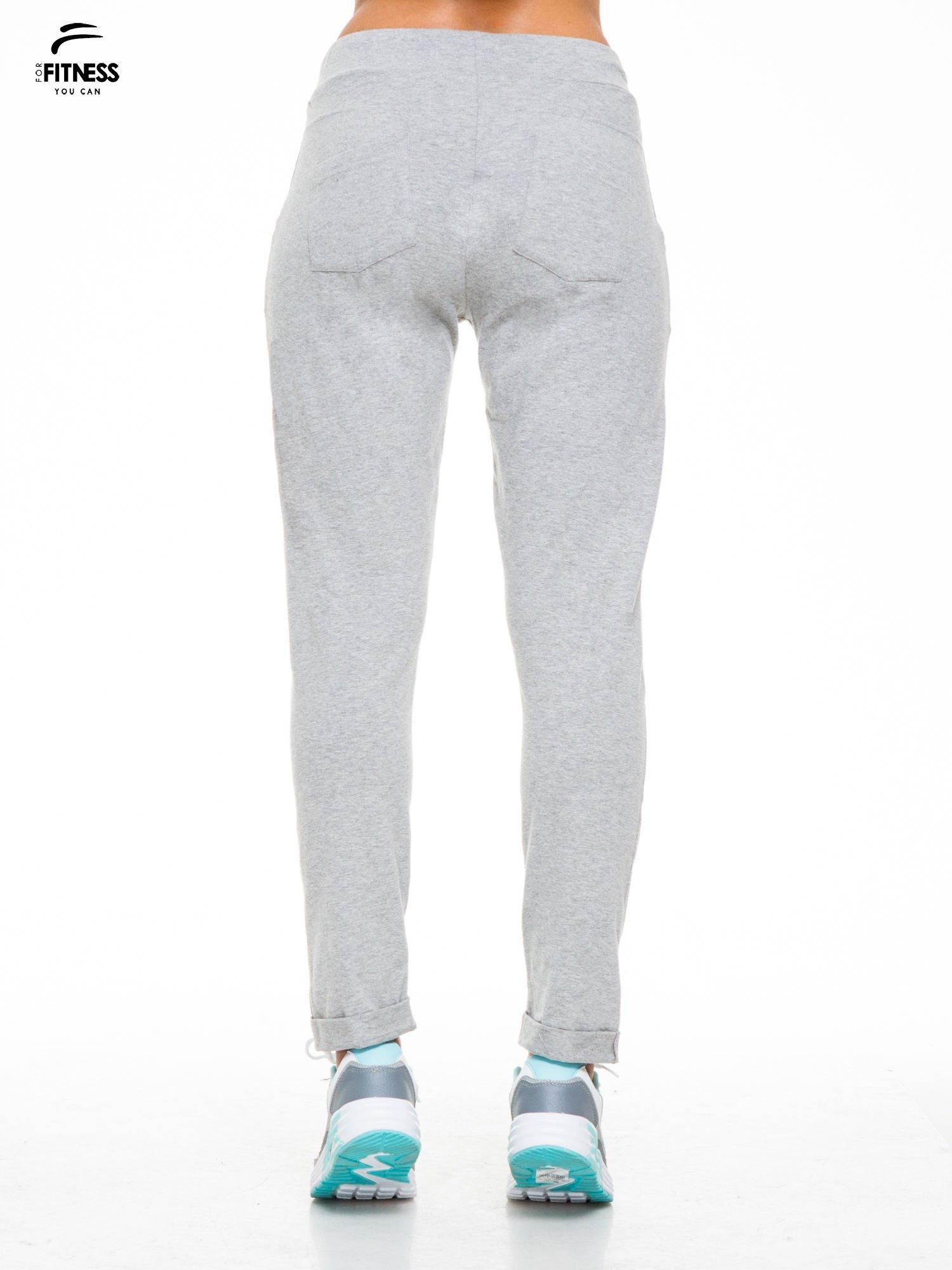 Jasnoszare spodnie dresowe wiązane w pasie                                  zdj.                                  4