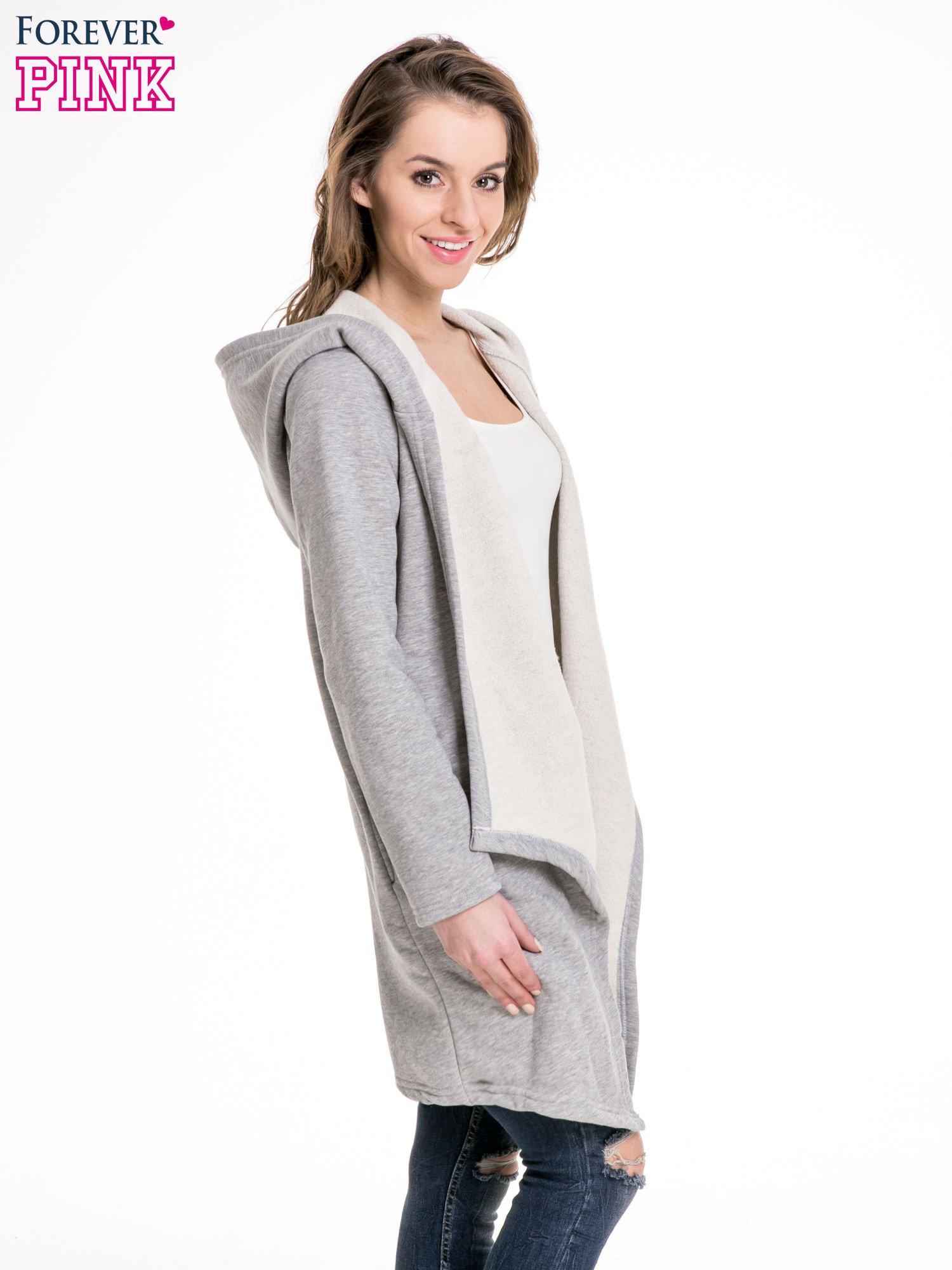 Jasnoszary dresowy płaszcz z kapturem i asymetrycznymi bokami                                  zdj.                                  3