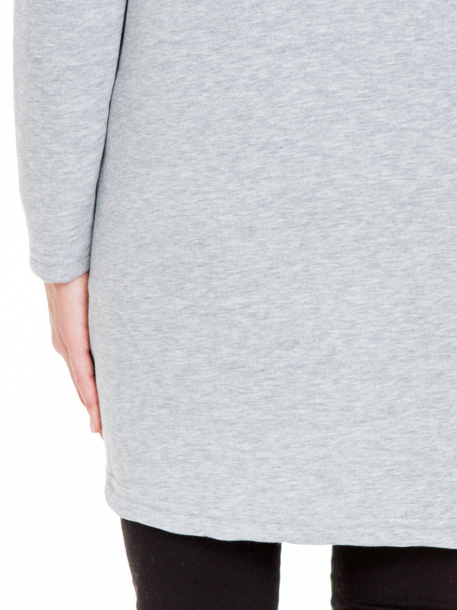Jasnoszary płaszcz dresowy z kapturem zapinany na napy                                  zdj.                                  10