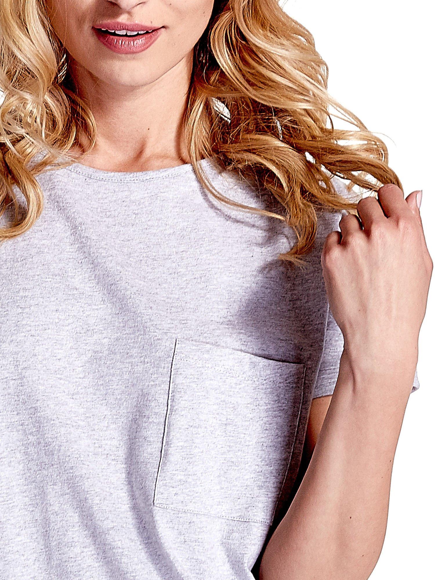 Jasnoszary t-shirt z kieszonką                                  zdj.                                  6