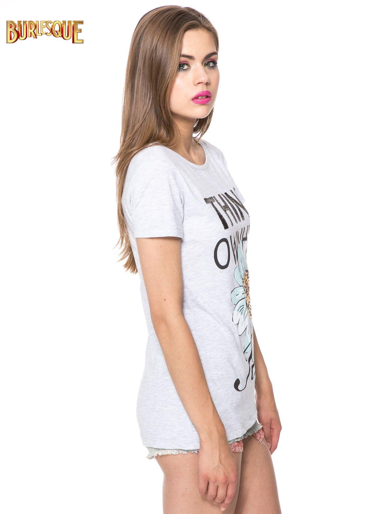Jasnoszary t-shirt z nadrukiem stokrotki z dżetami                                  zdj.                                  3