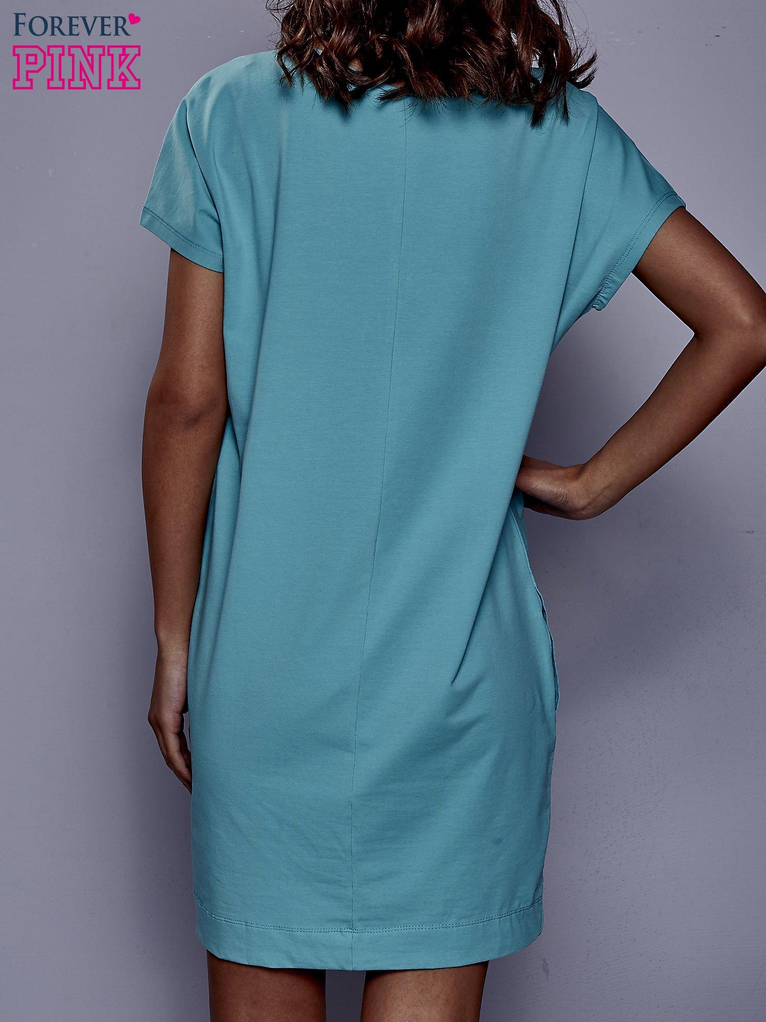 Jasnozielona sukienka dresowa z kieszeniami po bokach                                  zdj.                                  4
