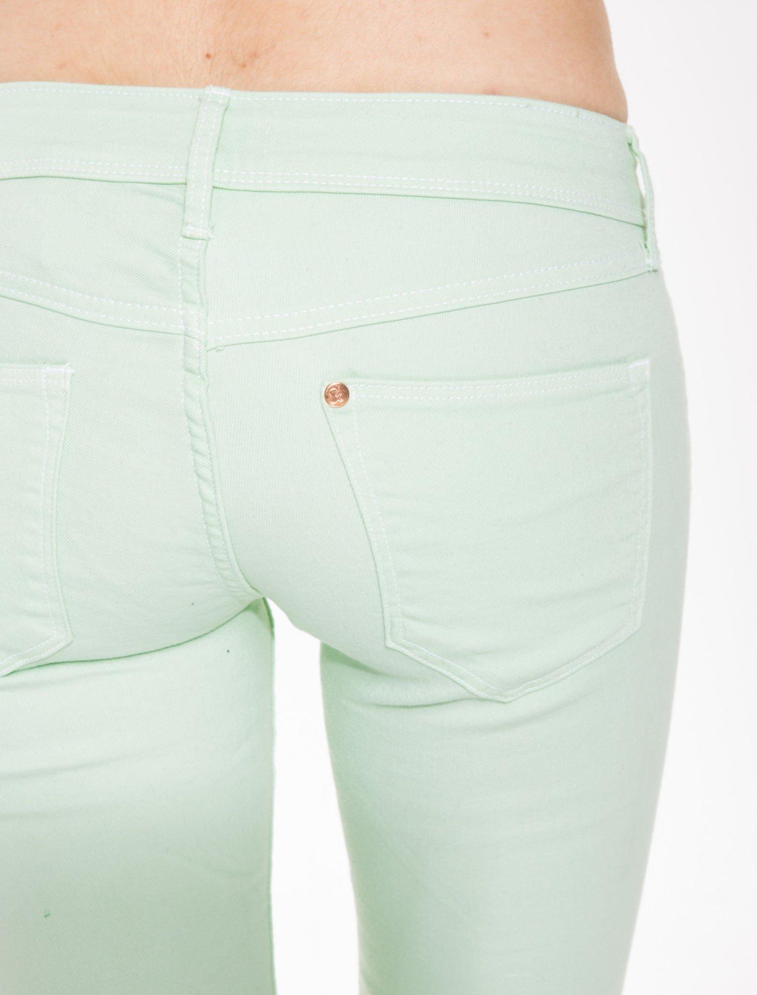 Jasnozielone spodnie jeansowe typu rurki                                  zdj.                                  5