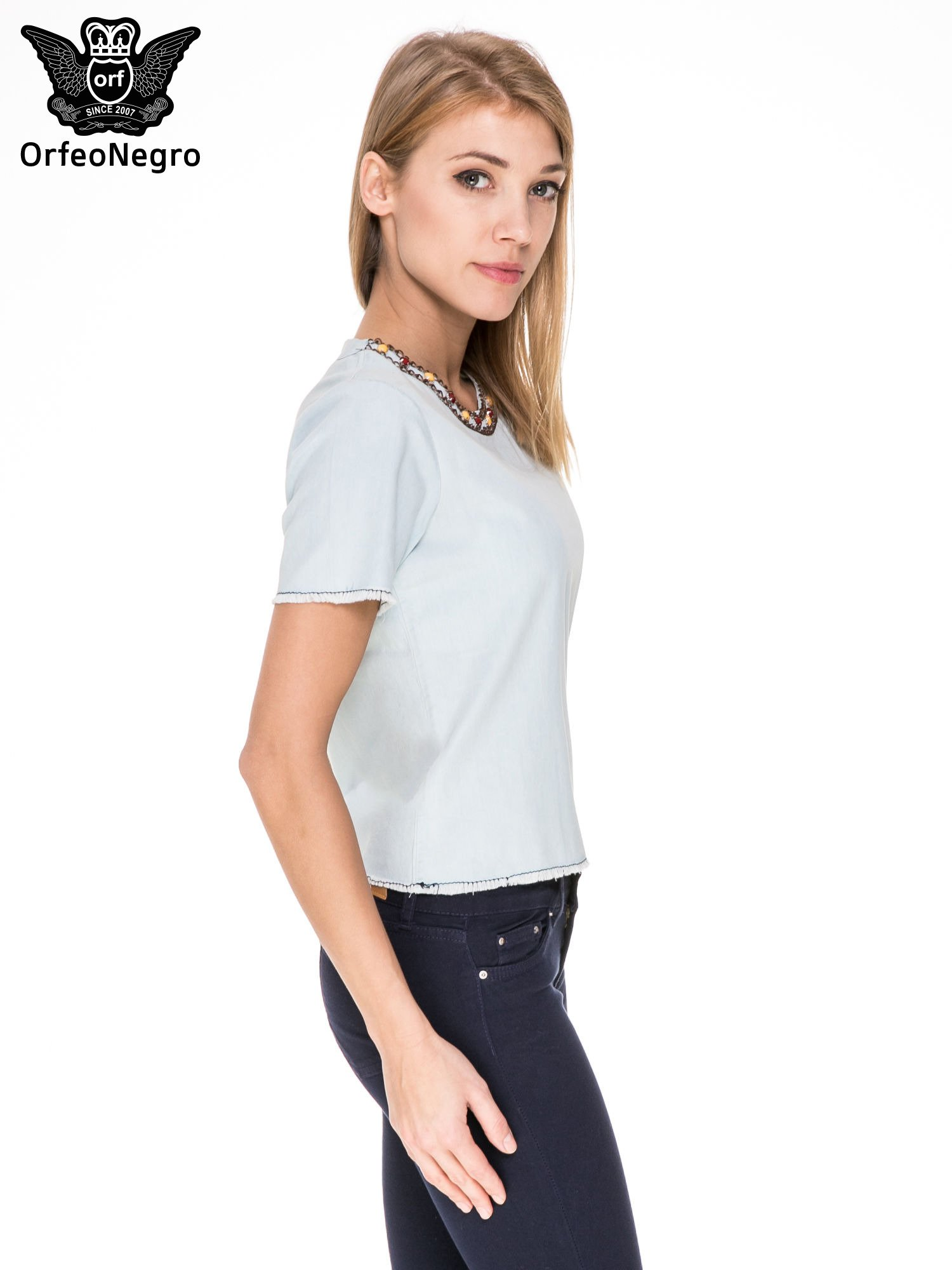 Jeansowa bluzka koszulowa z bizuteryjnym dekoltem                                  zdj.                                  3