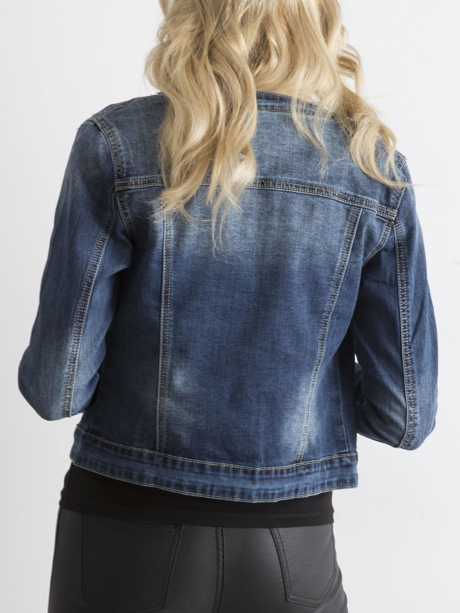 55daf4fd89308 Jeansowa kurtka damska z aplikacją niebieska - Kurtka jeansowa - sklep  eButik.pl