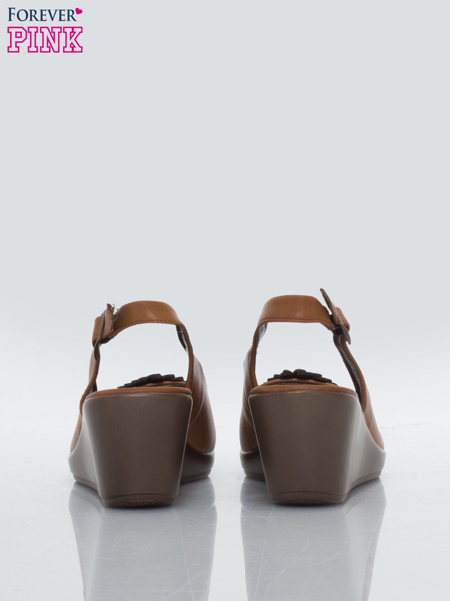 Karmelowe koturny faux leather open toe z odkrytą piętą i ozdobnym kwiatem                                  zdj.                                  3