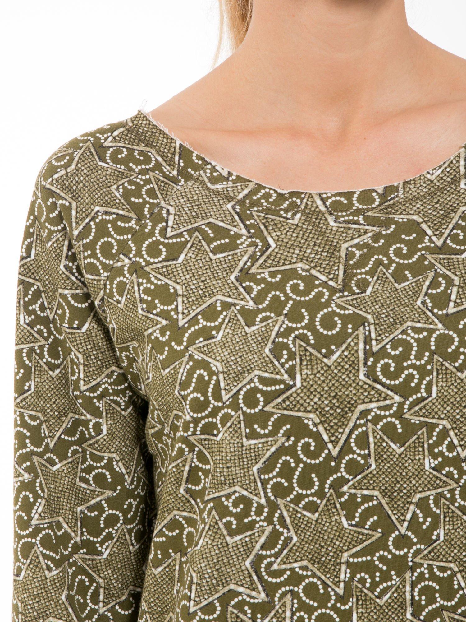 Khaki bluzka z surowym wykończeniem we wzór gwiazd                                  zdj.                                  5