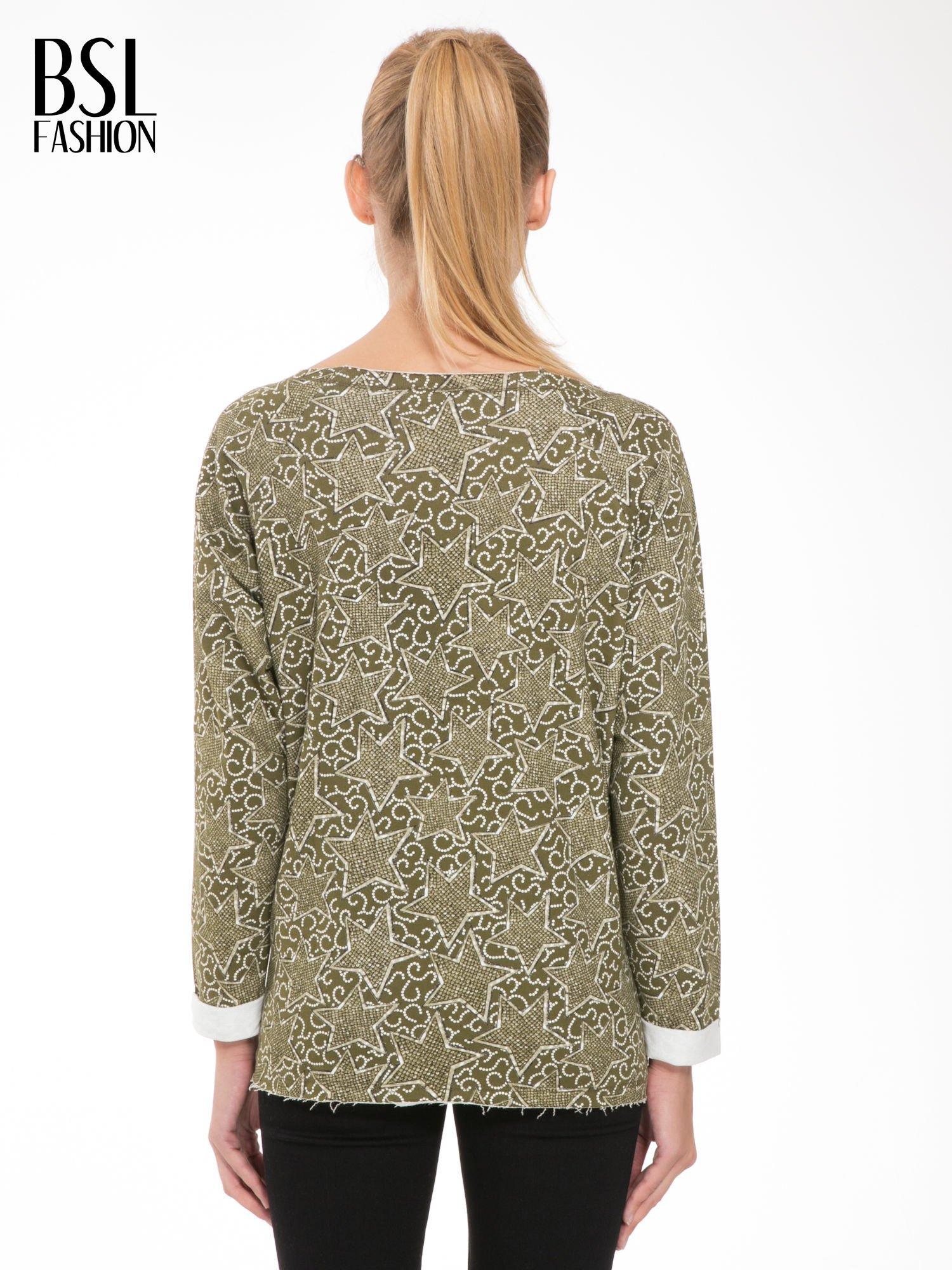 Khaki bluzka z surowym wykończeniem we wzór gwiazd                                  zdj.                                  4