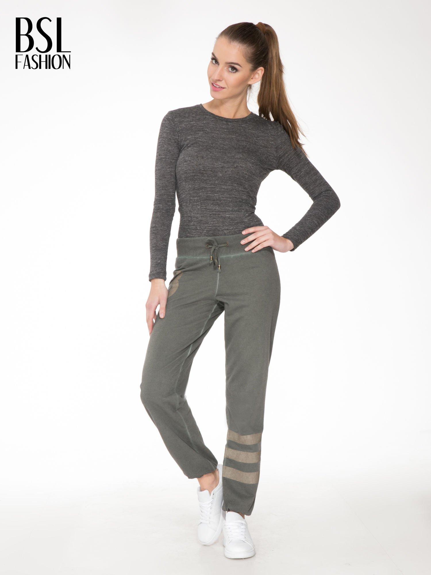 Khaki dresowe spodnie damskie z numerkiem i paskami na nogawkach                                  zdj.                                  2
