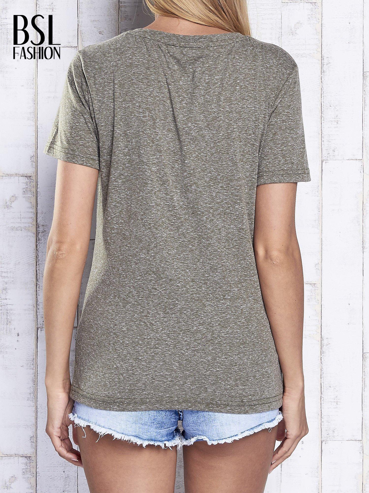 Khaki melanżowy t-shirt z trójkątnym dekoltem