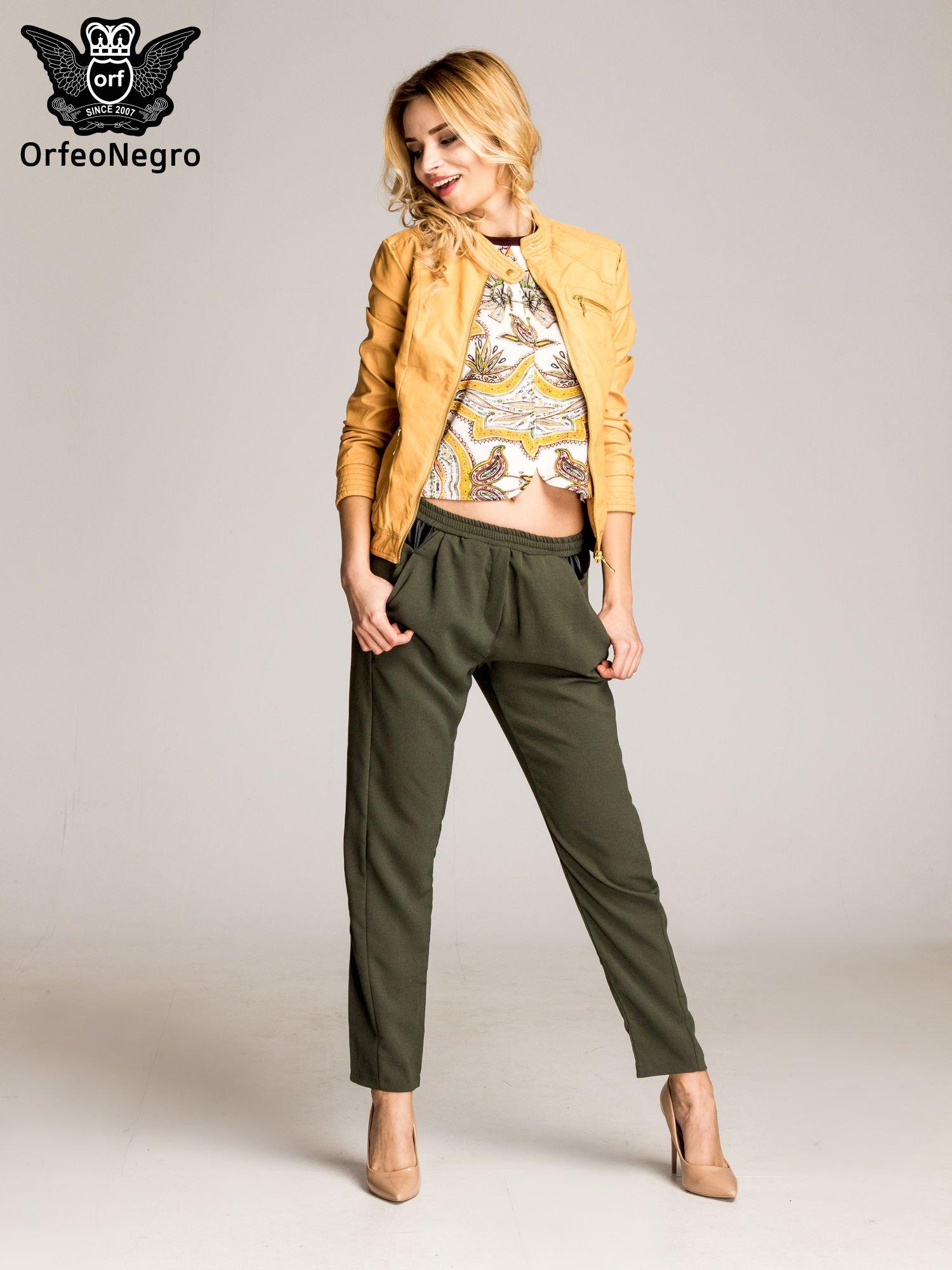 Khaki spodnie materiałowe ze skórzaną wstawką                                   zdj.                                  5