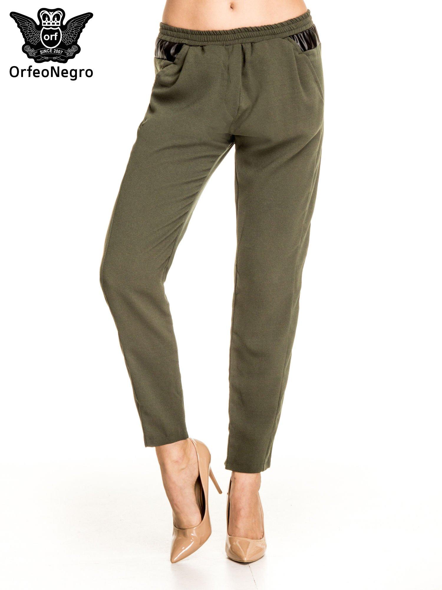 Khaki spodnie materiałowe ze skórzaną wstawką                                   zdj.                                  1