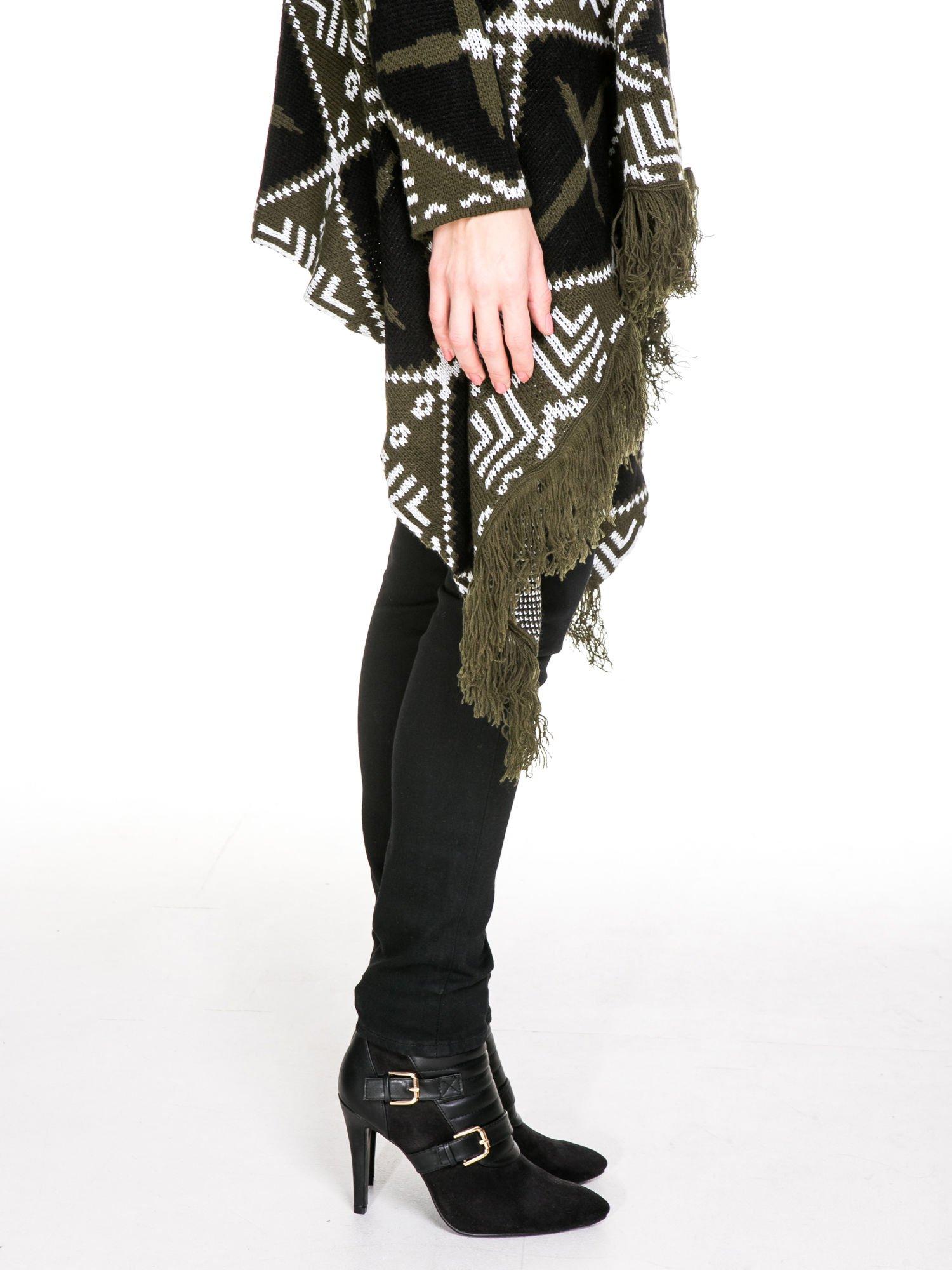Khaki sweter narzutka w azteckie wzory z frędzlami                                  zdj.                                  7