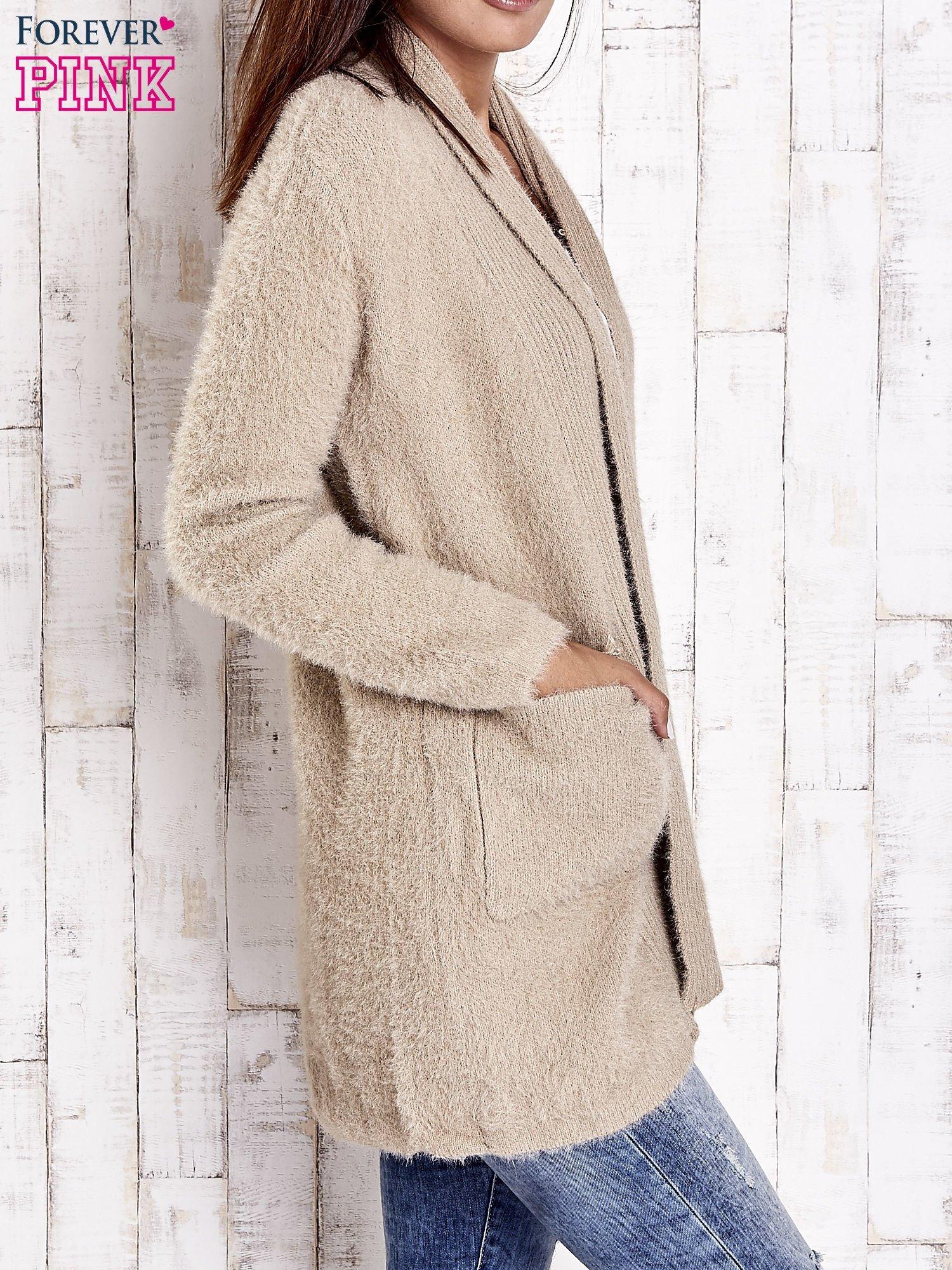 Khaki sweter oversize z kieszeniami                                  zdj.                                  3