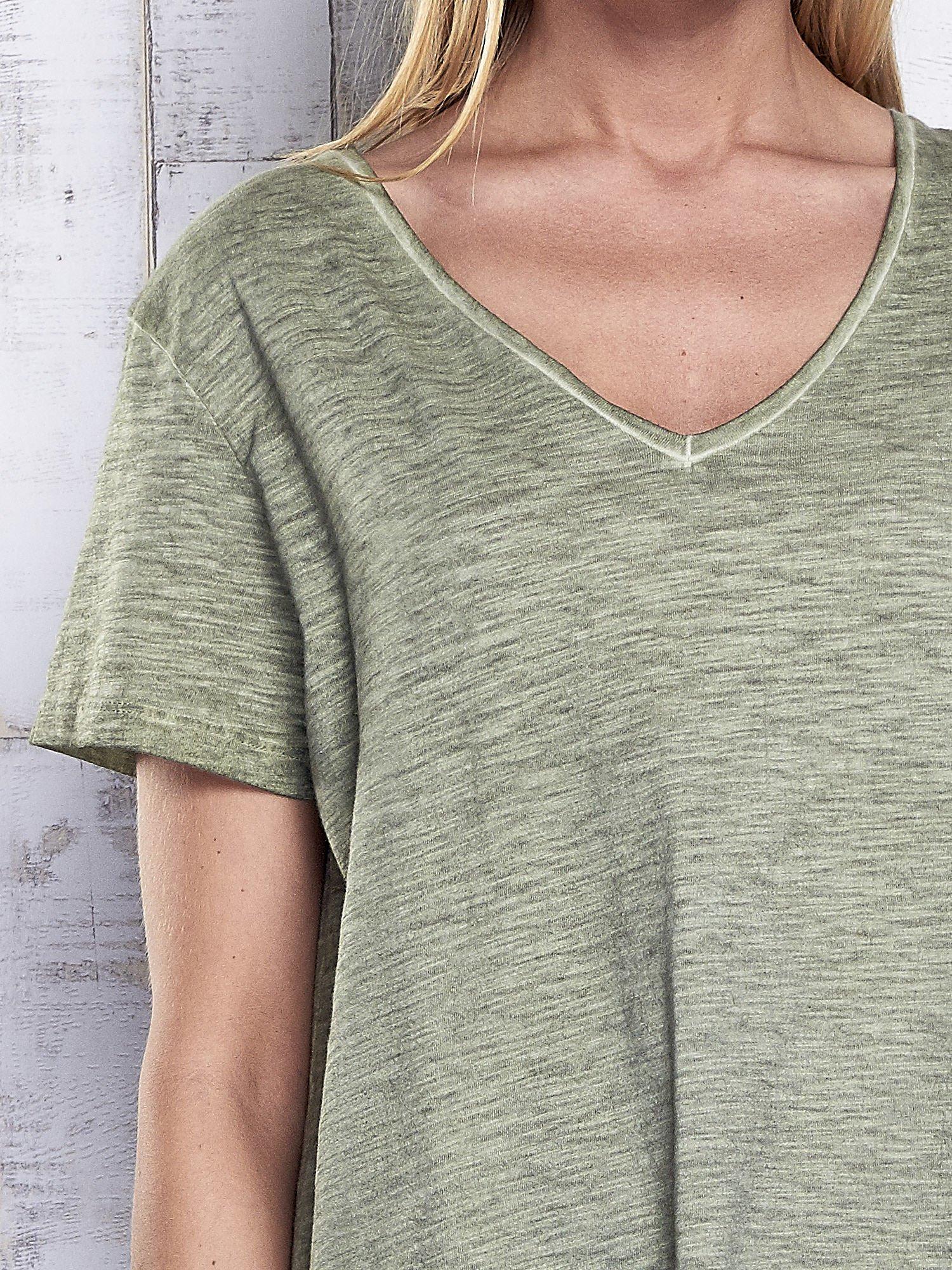 Khaki t-shirt acid wash z asymetrycznym dołem                                  zdj.                                  6