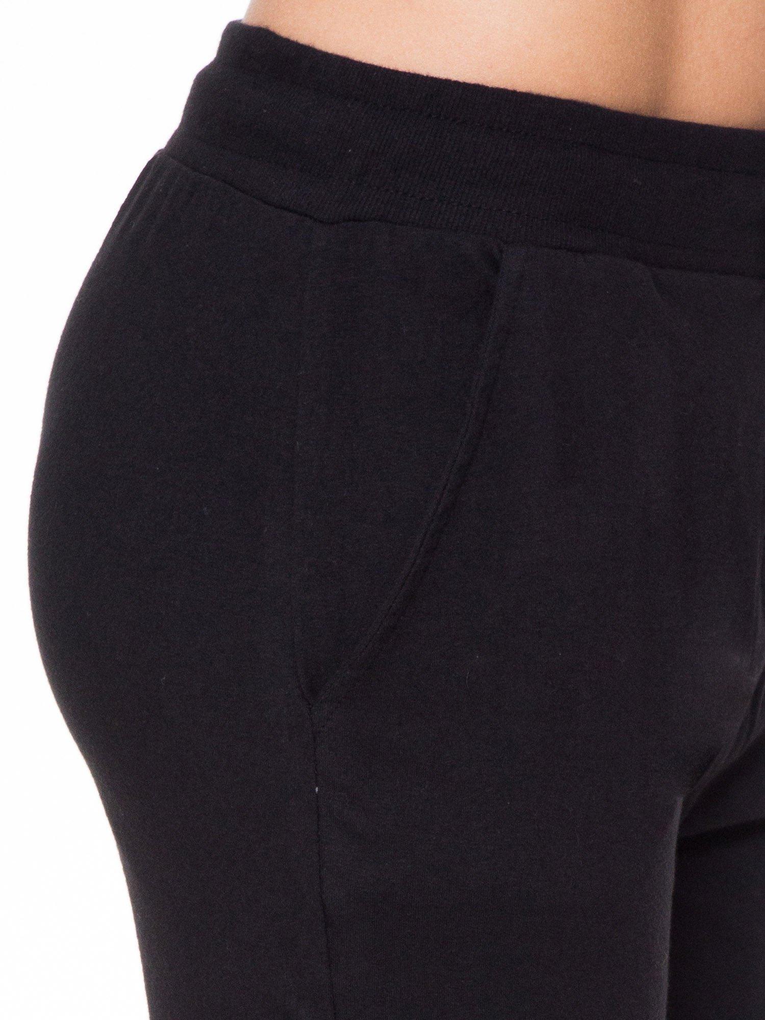 Klasyczne czarne spodnie dresowe wiązane w pasie                                  zdj.                                  6