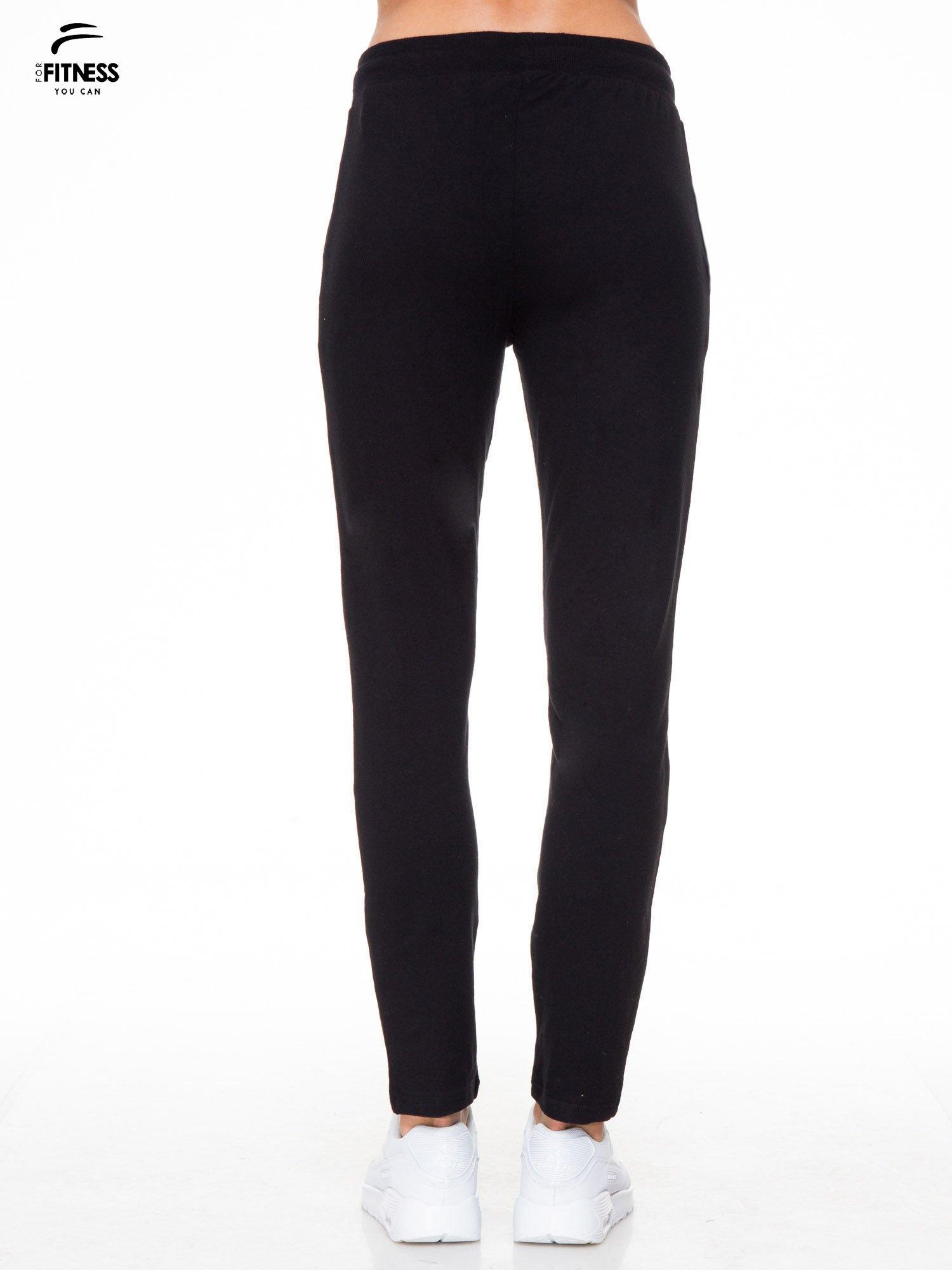 Klasyczne czarne spodnie dresowe wiązane w pasie                                  zdj.                                  4