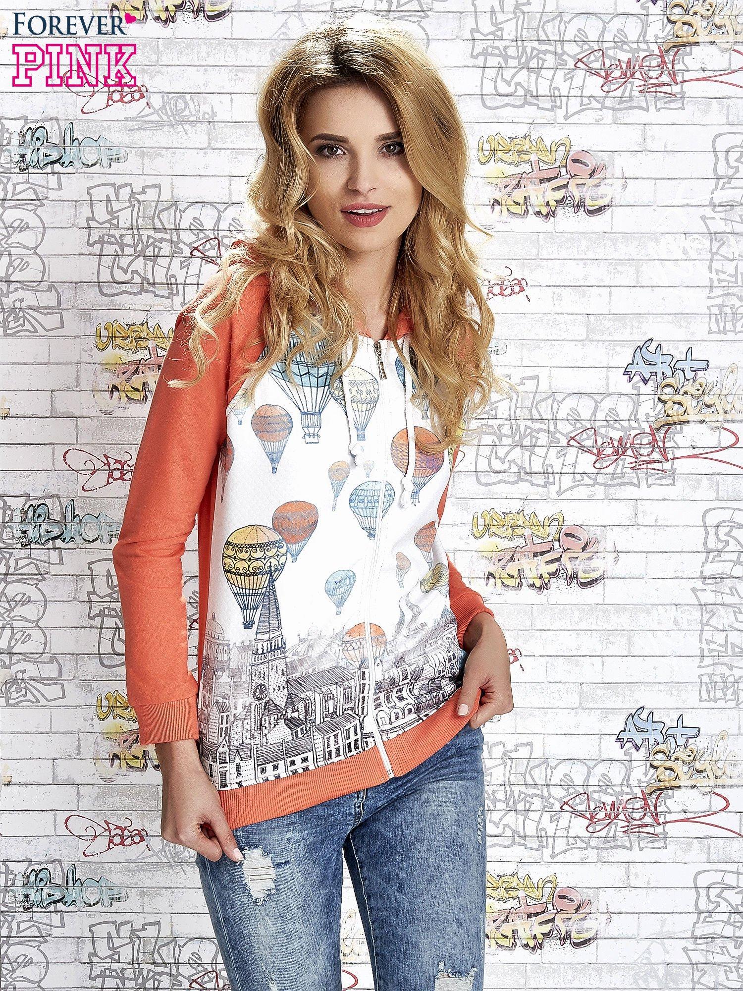 Koralowa bluza z kapturem i miejskim nadrukiem                                   zdj.                                  1
