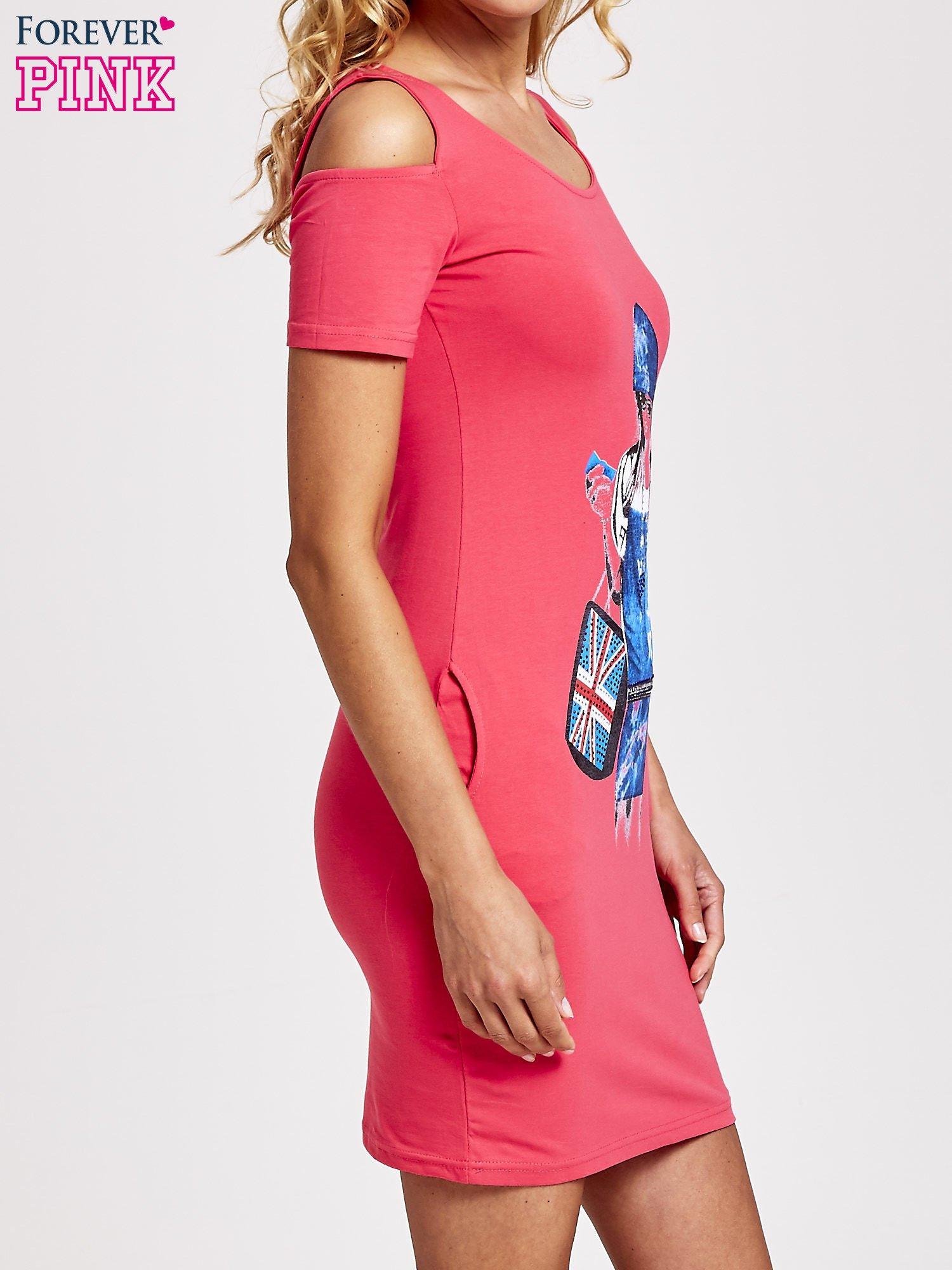 Koralowa sukienka dresowa cut out shoulder z nadrukiem dziewczyny                                  zdj.                                  3