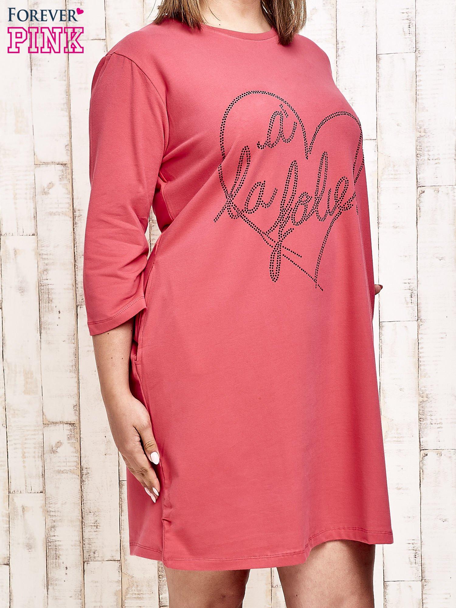 Koralowa sukienka dresowa z dżetami PLUS SIZE                                  zdj.                                  3