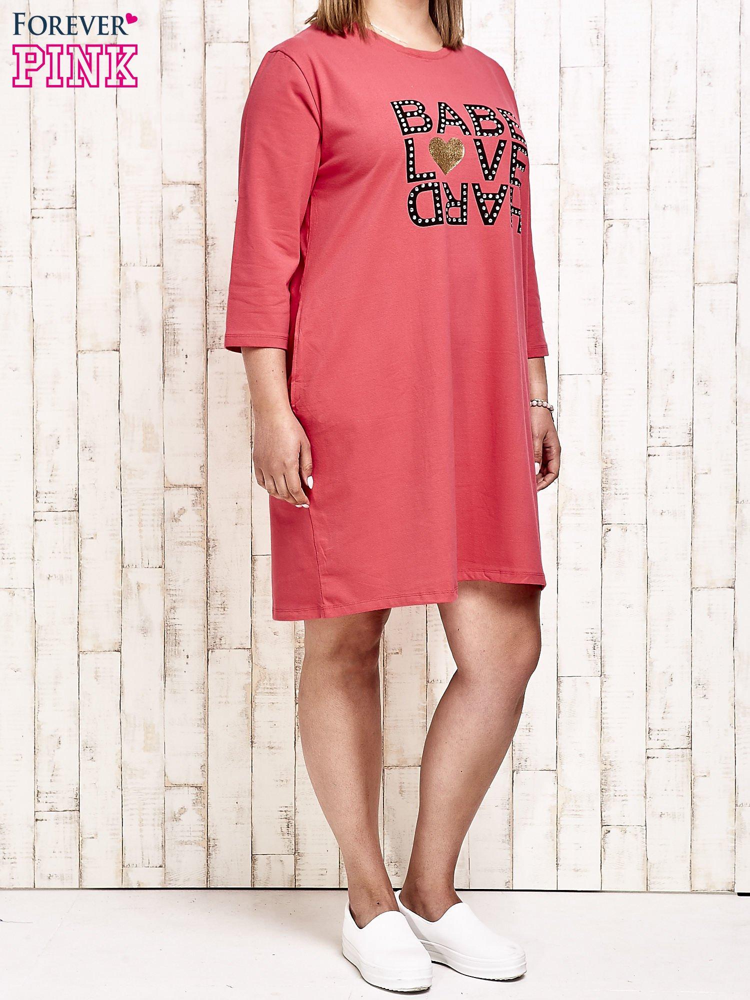 Koralowa sukienka dresowa z napisem BABE PLUS SIZE                                  zdj.                                  4