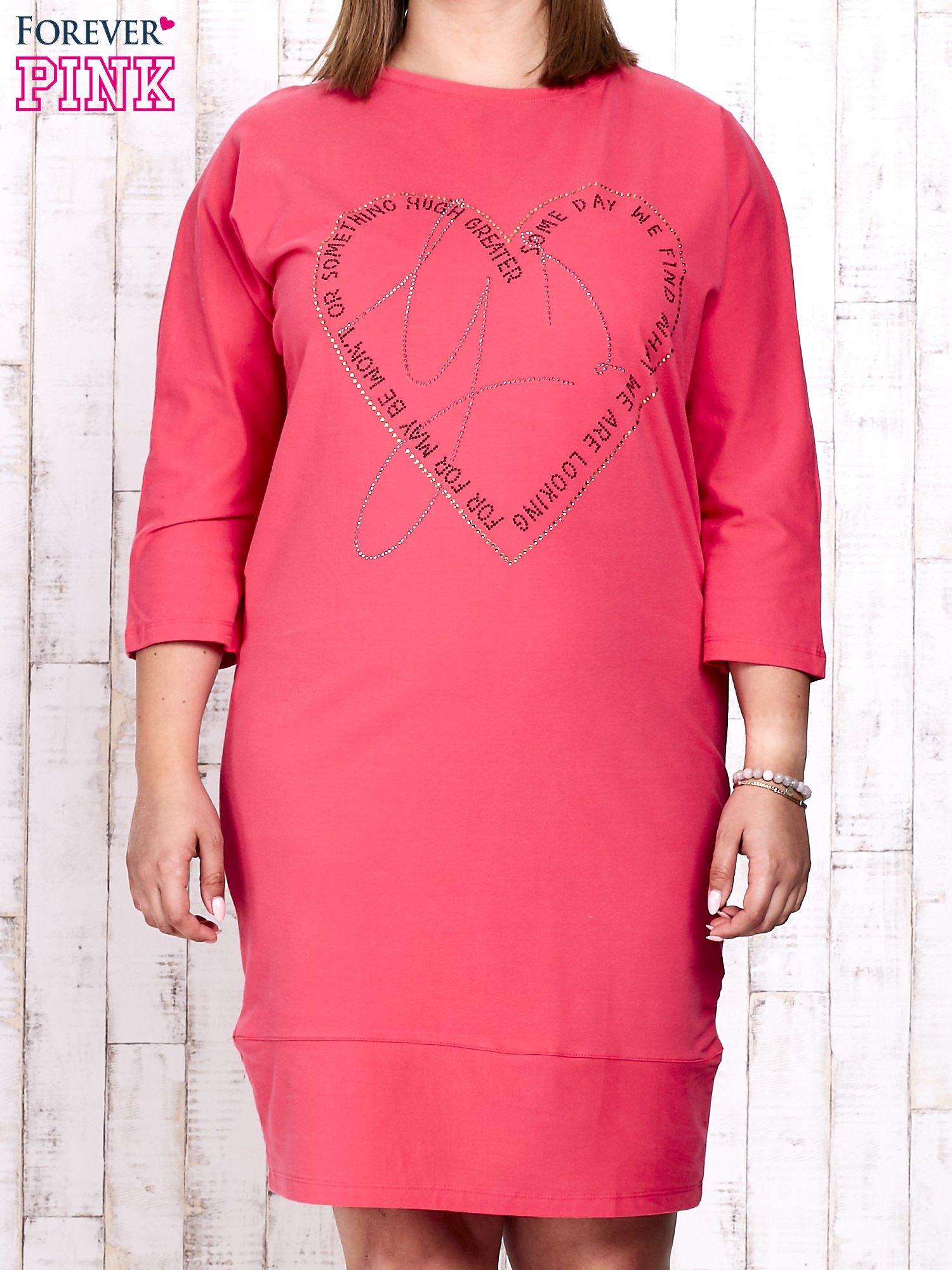 Koralowa sukienka dresowa z sercem z dżetów PLUS SIZE                                  zdj.                                  1
